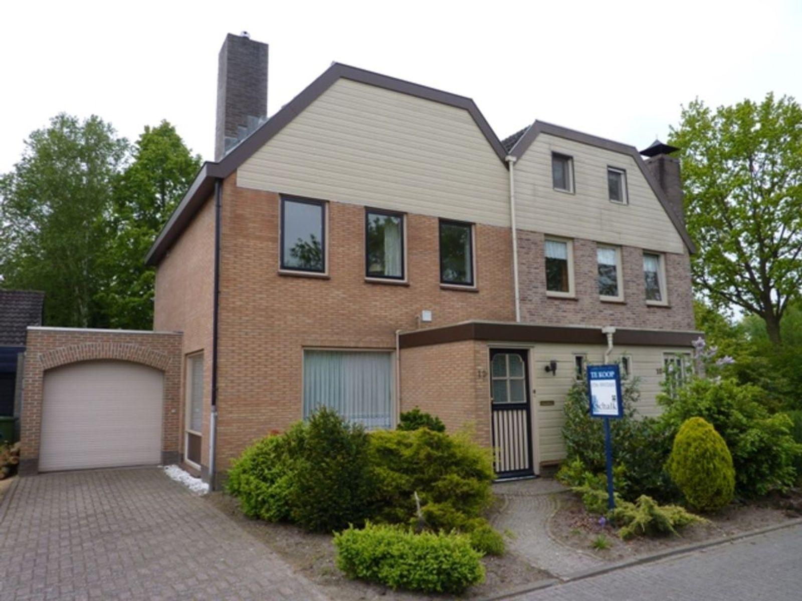 HALFVRIJSTAANDE WONING Deze ruime halfvrijstaande woning met garage is gelegen op een perceel van 232 m². De woning beschikt over een aanbouw (bouwjaar 1997) aan de achterzijde van de woning waarin een zitgedeelte van de keuken is gesitueerd. Tevens beschikt de woning onder andere over een oprit en een aangelegde tuin met tuinhuis. De tuin is gelegen op het zuiden en biedt veel privacy.  BOUWAARD Bouwstijl - Traditioneel gebouw met baksteen (spouw). Dak en dakbedekking - Woning - Deels een schuin dak bedekt met pannen en deels een plat dak. Aanbouw en garage - Plat dak bedekt met bitumen. Begane grondvloer - Beton vloer. 1e verdiepingsvloer - Beton vloer. 2e verdiepingsvloer - Houten verdiepingsv loer. Isolatie - De woning is voorzien van dubbel glas. Kozijnen - Houten buitenkozijnen. Verwarming - Middels c.v.-combiketel (merk- Nefit HR Combi 22H, bouwjaar 1994). Warm water - Middels c.v.-combiketel (merk- Nefit HR Combi 22H, bouwjaar 1994).  INDELING BEGANE GROND- De voorentree/hal biedt toegang tot de woonkamer en het toilet en middels een trapopgang is de 1e verdieping bereikbaar. De ruimte is voorzien van vloertegels en de wanden zijn afgewerkt met steenstrips. Het plafond is afgewerkt met stucwerk. In de entree bevindt zich tevens de meterkast met 7 groepen en krachtstroom;  De toiletruimte is voorzien van een tegelv loer, de wanden zijn betegeld tot circa 1,20 m¹ met daarboven stucwerk. Het plafond is afgewerkt met MDF platen. Buiten het closet is de ruimte uitgerust met een fonteintje;  De woonkamer is voorzien van vloertegels, de wanden zijn voorzien van steenstrips. Het plafond is afgewerkt met stucwerk met spotverlichting en een met een sierlijst. De ruime kamer staat in open verbinding met de keuken. Middels een bar staat de woonkamer in verbinding met de aanbouw. In deze ruimte is een sfeervolle inbouwkachel aanwezig;  De woonkeuken is deels in de aanbouw gesitueerd. Vanuit de keuken is er toegang naar de praktische kelderkast. De ruimte is voorzien van 