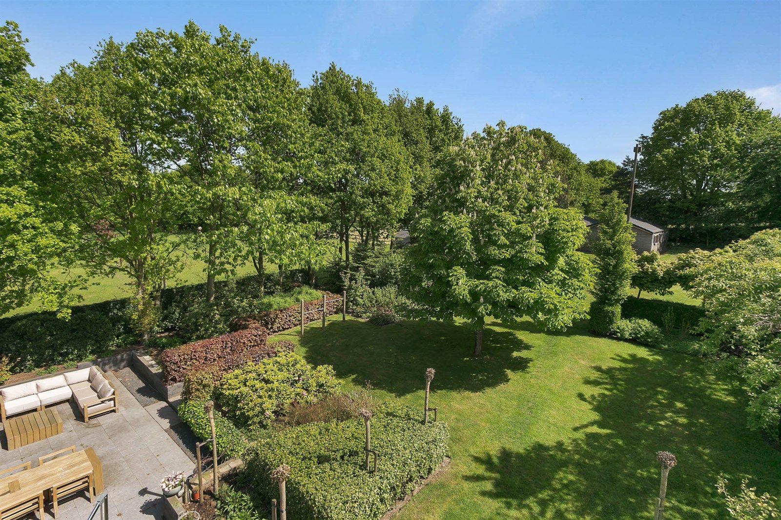 Dit prachtige rietgedekte landhuis met aanbouw, garage en paardenstallen is rustig gelegen op een heerlijke locatie aan de rand van de -Brabantse Wal- met schitterend uitzicht over de landerijen. In de directe nabijheid bevinden zich alle dorpsvoorzieningen en door de ligging van de N289 en de A4/A58 zijn steden als Antwerpen, Roosendaal, Rotterdam en Breda goed bereikbaar.    Het landhuis wordt gekenmerkt door de hoogwaardige kwaliteit van de gebruikte materialen, het comfort, de uitstraling, het luxe afwerkingsniveau van de diverse ruime leefvertrekken en de faciliteiten ten behoeve van het houden van paarden.   Het zeer ruime perceel van 12.600 m² is geheel omheind middels een hekwerk. De oprit wordt afgesloten middels een automatisch bedienbare poort. De royale tuin is fraai door het glooiende landschap en is verzorgd aangelegd en is o.a. voorzien is van een ruim overdekt zonneterras en gazon.   BEGANE GROND  Hal/entree met inbouw wandverlichting, vaste (garderobe)kast en videofoon ten behoeve van de poort.  Afwerking- Tegelvloer, stucwerk wanden en een stucwerk plafond met spots.   Meterkast- uitgebreide meterkast met krachtstroom.   Toiletruimte.  Afwerking- Tegelvloer, wandtegels en een stucwerk plafond met spots.   Ruime en sfeervolle woonkamer met vaste kast en voorzetkachel. Deze ruimte staat in open verbinding met de keuken en eetkamer.  Afwerking- Tegelvloer, stucwerk wanden en een stucwerk plafond met spots.   De eetkamer (gesitueerd in de aanbouw) aan de achterzijde van de woning beschikt over een schitterende lichtinval vanwege de grote raampartijen. De ruimte is voorzien van een vaste dressoirkast en met het openzetten van de tweetal tuindeuren haalt u het buitenleven binnen.  Afwerking- Tegelvloer, stucwerk wanden en een stucwerk plafond met spots.   Moderne luxe open keuken met eiland en kastenwand met daarin de koelkast, combimagnetron en een geintegreerd koffiezetapparaat. De keuken is verder uitgerust met een granieten aanrechtblad, spoelbak, in
