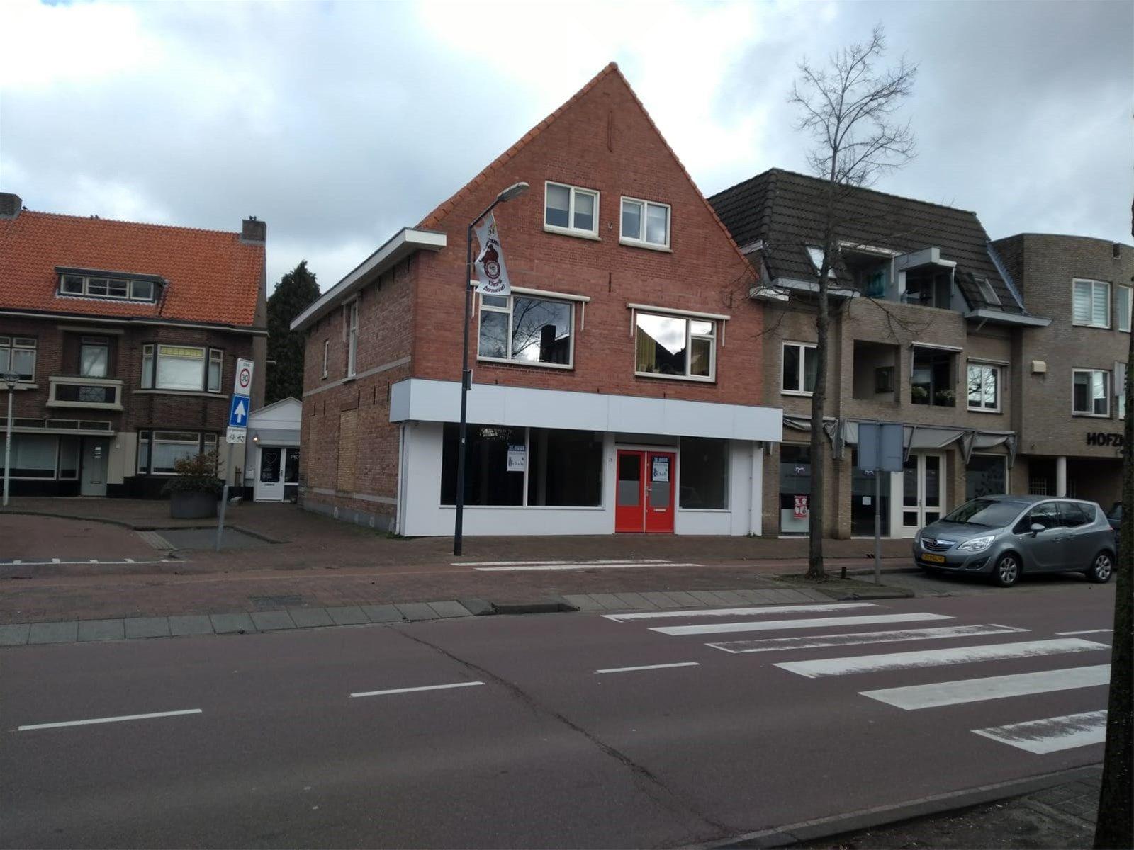 Bedrijfsruimte met magazijn gelegen in de hoofdstraat aan de doorgaande weg van Rijsbergen naar Zundert en  Rijsbergen naar Breda.   De Sint Bavostraat wordt gekenmerkt door de aanwezigheid van diverse winkels zoals een bakkerij, drogisterij, bloembinderij, kledingzaak, slijterij, supermarkt e.d..  Momenteel is er in de betreffende ruimte een winkel gevestigd. De verdieping boven de bedrijfsruimte is momenteel in gebruik als woonruimte en kapsalon en behoort niet tot de aangeboden bedrijfsruimte.  INDELING  Het betreft een open ruimte met een betonnen vloer welke is afgewerkt met vloertegels en zeil. De wanden zijn voorzien van stucwerk en het plafond is uitgevoerd in systeemplaten. De voorpui van de ruimte bestaat uit grote raampartijen welke voor veel lichtinval zorgen. Er is een magazijn aanwezig met aparte ingang en een keukentje met toilet en voorraadkast.  BESTEMMING Het object is gelegen in het bestemmingsplan -Centrumgebied Rijsbergen- en heeft hierin de enkelbestemming -Centrum- en dubbelbestemming -Waarde-Archeologie 2 met bouwvlak- en functieaanduiding -detailhandel-. Dit bestemmingsplan is vastgesteld op 13 december 2012.  OVERIGE INFORMATIE  Bruto vloeroppervlakte bedrijfsruimte- circa 269 m². Verkoop vloeroppervlakte bedrijfsruimte- circa 243 m². Bruto vloeroppervlakte toilet, facilitaire,- techniekruimte- circa 69,3 m². Verkoop vloeroppervlakte toilet, facilitaire,-techniekruimte- circa 57,8 m².