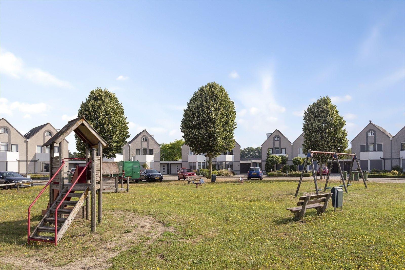 Deze energiezuinige geschakelde woning met garage, ruime oprit, aanbouw en royale achtertuin is gelegen aan een rustig woonerf met speelweide. Om de hoek bevindt zich de kinderboerderij en binnen enkele minuten zijn het zwembad, het sportcomplex, het dorpscentrum met al haar voorzieningen en natuurgebied -Pannenhoef- bereikbaar.  De woning is in de afgelopen jaren met een milieubewust oogmerk verbouwd/vernieuwd. Denk hierbij aan de 13 zonnepanelen (4.100 KwH p/j), vloerverwarming en een verwarmingssysteem welke wordt gestuurd op de buiten temperatuur.  De begane grond heeft een sfeervolle living, een moderne open keuken, een multifunctionele - en toiletruimte. De eerste verdieping heeft drie slaapkamers en een luxe badkamer uitgerust met o.a. een douche en ligbad. Op de tweede verdieping bevindt zich de voorzolder met opstelling van de cv combiketel, wasmachine- en droger aansluiting, omvormer zonnepanelen en vierde slaapkamer.  De diepe achtertuin heeft o.a. een fraaie overkapping met zitgedeelte en diverse terrassen. Daarnaast heeft men via deze tuin rechtstreeks toegang tot de kinderboerderij welke is afgesloten met een poort.  BEGANE GROND (= geheel voorzien van vloerverwarming) Entree/hal met toegang tot de toiletruimte, living en vaste trap naar de eerste verdieping. Afwerking- tegelvloer, spuitwerk wanden en een spuitwerk plafond. Meterkast- 9 groepen - aardlekschakelaarbeveiliging.  Toiletruimte met -zwevend- toilet, fonteintje en mechanisch ventilatie systeem. Afwerking- tegelvloer met deels betegelde en deels stucwerk wanden. Het plafond is tevens afgewerkt met stucwerk.  Sfeervolle living voorzien van een dubbelwandig rookkanaal. Afwerking- tegelvloer, stucwerk wanden en een spuitwerk plafond.  Moderne open keuken (2010) voorzien van een schiereiland met bar en wandkast. De keuken is uitgerust met een kunststof aanrechtblad, combimagnetron, stoomoven, keramische kookplaat (5 pits), quooker (2014), vaatwasser, RVS afzuigkap en inbouwspots. Afwerking- tegel