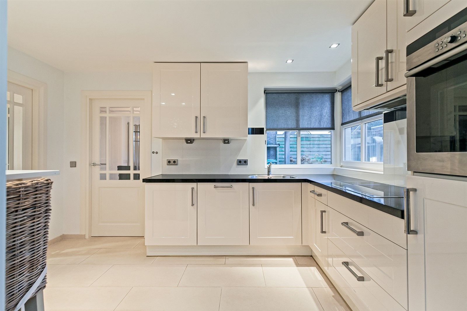 Deze uitgebouwde en instapklare vrijstaande woning met inpandig bereikbare garage en ruime multifunctionele ruimte is gelegen op een perceel van 481 m² in een rustige woonwijk op korte afstand van alle dorpsvoorzieningen. De begane grond heeft o.a. een royale living met rookkanaal en schuifpui naar de tuin, een woonkeuken, praktische bijkeuken en een multifunctionele ruimte welke dienst kan doen als bijv. een hobby-/kantoor ruimte. De eerste verdieping heeft drie slaapkamers en een nette badkamer. Middels een vlizotrap  is de bergzolder bereikbaar. Er is een verzorgd aangelegde voor– en achtertuin aanwezig waarbij de achtertuin is voorzien van meerdere terrassen en een fraaie houten overkapping.  BEGANE GROND Entree/hal met toegang tot de toiletruimte, woonkamer, keuken, trapkast , meterkast en vaste trap naar de eerste verdieping. Afwerking- Tegelvloer met vloerverwarming, stucwerk wanden en een stucwerk plafond met spotverlichting Meterkast- 9 groepen en een aardlekschakelaar.  Toiletruimte met zwevend toilet en fonteintje. Afwerking- Tegelvloer met vloerverwarming, wandtegels en een aluminium plafond met spotverlichting.  Verdiepte trapkast. Afwerking- Tegelvloer, deels wandtegels met daarboven stucwerk en een stucwerk plafond.  Zeer ruime L-vormige woonkamer met rookkanaal en schuifpui naar een overdekt terras en de achtertuin. De woonkamer biedt tevens toegang naar de leefkeuken. Afwerking- Tegelvloer met vloerverwarming, stucwerk wanden en stucwerk plafond met sierlijsten en spotverlichting.  Dichte woonkeuken in hoekopstelling uitgerust met een composiet werkblad, spoelbak, vaatwasser, inductiekookplaat, afzuigkap, combimagnetron, koelkast en kastruimte. Vanuit de keuken zijn de bijkeuken, hal en woonkamer bereikbaar. Afwerking- Tegelvloer met vloerverwarming, stucwerk wanden en een stucwerk plafond met spotverlichting.  Praktische bijkeuken met een wastafel en wasmachine– aansluiting. De ruimte geeft toegang tot de garage.  Afwerking- Tegelvloer, wandtegels 