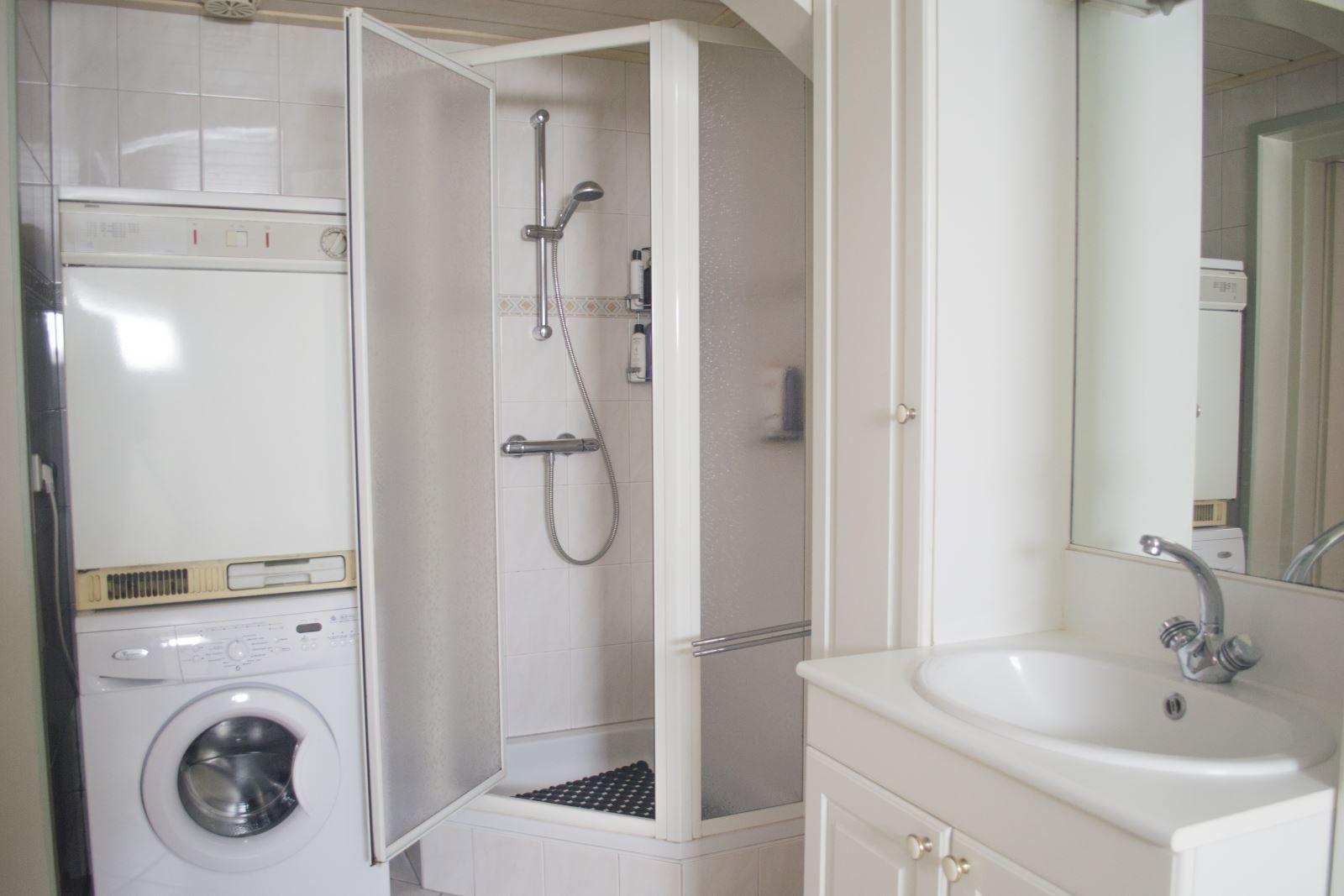 SEMI-BUNGALOW Deze semi-bungalow is gelegen op een perceel van 5.610 m² op loopafstand van natuurgebied -Gooren - Krochten - maar ook in de nabijheid van de Belgische grens en de uitvalswegen naar Breda en Antwerpen.   De woning beschikt naast de woonkamer en de keuken over een tweetal slaapkamers en een badkamer op de begane grond. Vanuit de woning heeft men direct toegang tot de bedrijfsloods weke voor meerdere doeleinden is te gebruiken. De woning is tevens voorzien van een oprijlaan welke plaats biedt aan meerdere auto-s en een verzorgd aangelegde tuin welke eventueel geschikt is voor het houden van paarden en/of kleinvee.      BEDRIJFSGEBOUW  Dit voormalig melkveebedrijf is gebouwd in 1983 en vanaf 1994 in gebruik voor houtbewerking en gedeeltelijk opslag. Het bedrijfsgebouw bestaat uit circa 560 m² vloeroppervlakte, bestaande uit circa 215m² werkplaats, circa 261 m² opslagruimte, circa 43 m² kantine/toilet/kantoorruimte en circa 41 m² garage. De kantoorruimte is toegankelijk vanuit de oprit waar de diverse parkeerplaatsen zich bevinden. De opslagruimte is aan de achterzijde toegankelijk middels een overhead deur van 4.00 m¹ hoog. Vanuit de opslagruimte heeft men toegang tot de werkplaats middels een roldeur van 3.20 m¹ hoog. De garage is toegankelijk middels een elektrische bedienbare sectionaal deur en middels een loopdeur vanuit de opslagruimte.   BOUWAARD Bouwstijl- Traditioneel gebouw opgetrokken met baksteen (spouw) waarvan de wanden zijn gepotdekseld met hout. Het gebouw is voorzien van een stalenconstructie. Dak en dakbedekking- Zadeldak bedekt met asbesthoudende golfplaten.  Begane grondvloer- Betonnen vloer (voorzien van de oude mestkelders welke toegankelijk zijn vanuit de garage.) 1e verdiepingsvloer- Houten verdiepingsvloer (dit is de zolder boven de woning). Isolatie- De werkplaats is voorzien van Dupanel platen.  Verwarming- De werkplaats wordt verwarmd middels een heather.  Verwarming- De opslagruimte wordt verwarmd middels een gaskachel. Verwar