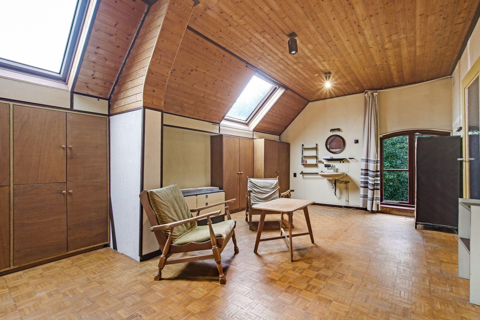 Deze ruimte twee-onder-een-kapwoning met ruime oprit en garage staat in een rustige en kindvriendelijke woonstraat in een wijk van Rijsbergen.  De woning is onder andere voorzien van een ruime woonkamer, een moderne open keuken, vier slaapkamers en een luxe badkamer met bad en douche.  Middels een vaste trap heeft u toegang tot de tweede verdieping welke voldoende bergruimte biedt en waar zich een van de slaapkamers bevindt.  De voor- en achtertuin zijn beide verzorgd aangelegd. De achtertuin is aangelegd met gazon, beplanting en terassen. Vanuit de achtertuin is de garage middels een loopdeur bereikbaar.  BEGANE GROND   Entree/hal met toegang tot de toiletruimte, meterkast, en de woonkamer.  Afwerking- Houtlook tegelvloer, spuitwerk wanden en een stucwerk plafond.   Toiletruimte met zwevend toilet en fonteintje.  Afwerking- Tegelvloer, wandtegels en een stucwerk plafond.   Zeer ruime woonkamer met toegang tot de open keuken.   Afwerking- Houtlook tegelvloer, spuitwerk wanden en een spuitwerk plafond.   Moderne open keuken uitgerust met een spoelbak, vaatwasser, 5 pits gaskookplaat, afzuigkap,  combi-oven, koelkast en kastruimte.  Afwerking- Houtlook tegelvloer, stucwerk wanden en wandtegels en een spuitwerk plafond.    EERSTE VERDIEPING   Overloop met toegang tot drie slaapkamers, de badkamer, toiletruimte en vaste trap naar de tweede  verdieping. Afwerking- Laminaat, spuitwerk wanden en spuitwerk plafond.  Slaapkamer 1- Een ruime slaapkamer aan de voorzijde van de woning. Afwerking- Laminaat, spuitwerk wanden en spuitwerk plafond.  Slaapkamer 2- Een ruime slaapkamer aan de voorzijde van de woning.  Afwerking- Laminaat, spuitwerk wanden en spuitwerk plafond.  Slaapkamer 3- Een ruime slaapkamer aan de achterzijde van de woning.  Afwerking- Laminaat, spuitwerk wanden en spuitwerk plafond.  Luxe badkamer uitgerust met een douche, ligbad, badkamer meubel met wastafel en designradiator.   Afwerking- Tegelvloer, wandtegels en stucwerk plafond.  Toiletruimte met toilet en