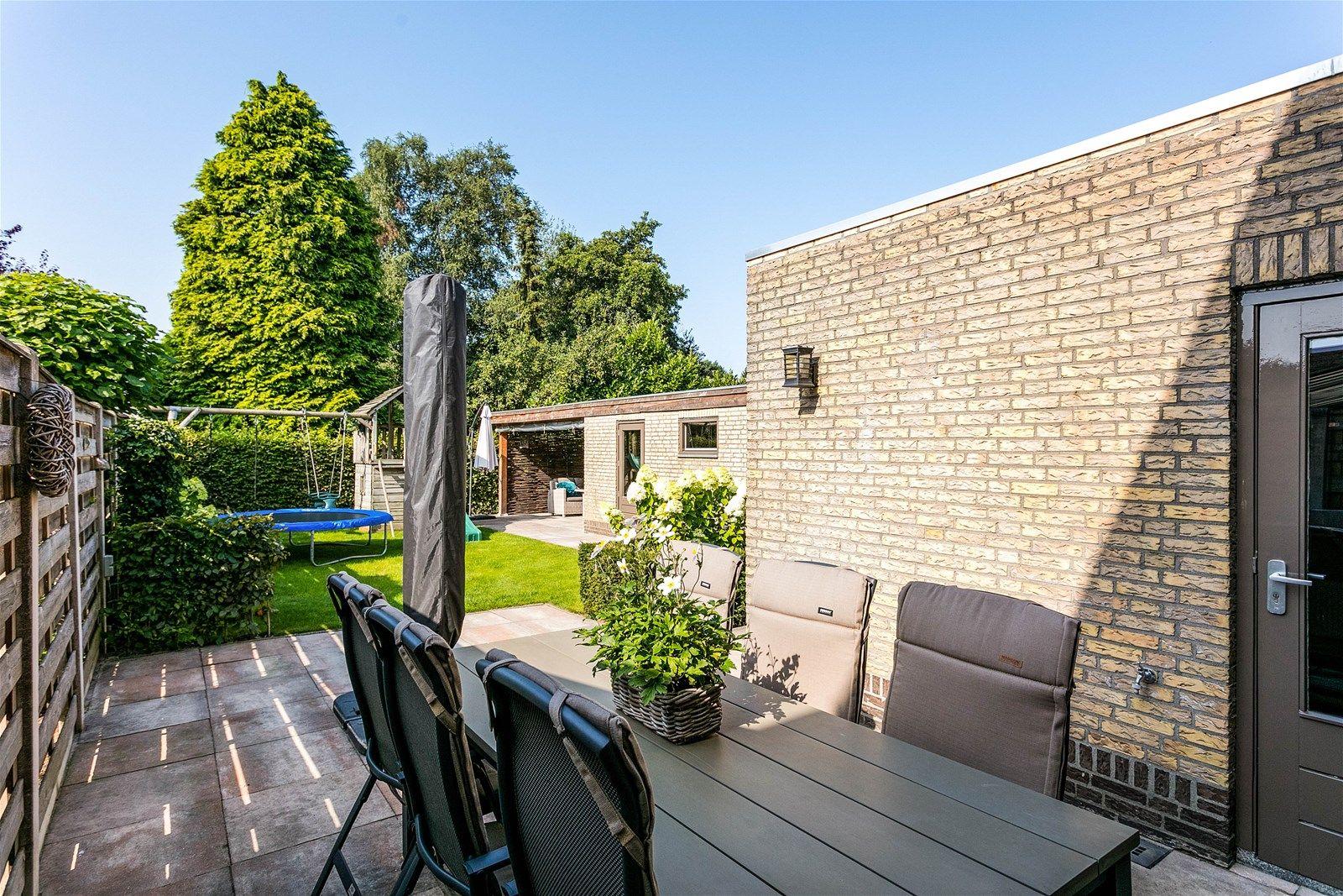 Deze moderne - instapklare halfvrijstaande woning met garage, eigen oprit en ruime tuin op het zuiden is gelegen net aan de rand van de dorpskern van Rijsbergen. Op loopafstand zijn alle voorzieningen te bereiken en binnen 10 autominuten bereik je het bruisende stadscentrum van Breda.   De woning heeft op de begane grond een sfeervolle living, zeer fraaie leefkeuken, een praktische bijkeuken en een toiletruimte. Op de eerste verdieping bevinden zich drie slaapkamers en een luxe badkamer uitgerust met een ligbad en inloopdouche. Via een vaste trap bereik je de tweede verdieping met vierde slaapkamer.   De zonnige achtertuin beschikt over een terras en een veranda uitgerust met een loungehoek.  BEGANE GROND Entree/hal met toegang tot de toiletruimte, living en vaste trap naar de eerste verdieping. Afwerking- tegelvloer, stucwerk wanden en een stucwerk plafond.  Vernieuwde meterkast- 10 groepen, aardlekschakelaar en krachtstroomgroep.  Toiletruimte met zwevend toilet en fonteintje. Afwerking- tegelvloer, betegelde wanden en een stucwerk plafond.  Sfeervolle living met openslaande tuindeuren aan de achterzijde. De ruimte geeft toegang tot de keuken. Afwerking- massief eikenhouten vloer, stucwerk wanden en een stucwerk plafond met inbouwspots.  Zeer fraaie leefkeuken uitgerust met een granieten aanrechtblad, spoeleiland met bar, vaatwasser, 5-pits gaskookplaat, afzuigkap, combi magnetron, koelkast met vriesvak en kastruimte. Vanuit de keuken is de praktische bijkeuken bereikbaar. Afwerking- tegelvloer, stucwerk wanden en een stucwerk plafond met inbouwspots.  Praktische bijkeuken met pantry, kastruimte en aansluitingen voor de wasmachine en droger. Afwerking- tegelvloer, stucwerk wanden en een stucwerk plafond met inbouwspots.  EERSTE VERDIEPING Overloop met toegang tot drie slaapkamers, de badkamer en vaste trap naar de tweede verdieping. Afwerking- laminaatvloer, stucwerk wanden en een stucwerk plafond.  Slaapkamer 1 (rechter achterzijde)- voorzien van een vaste kast e