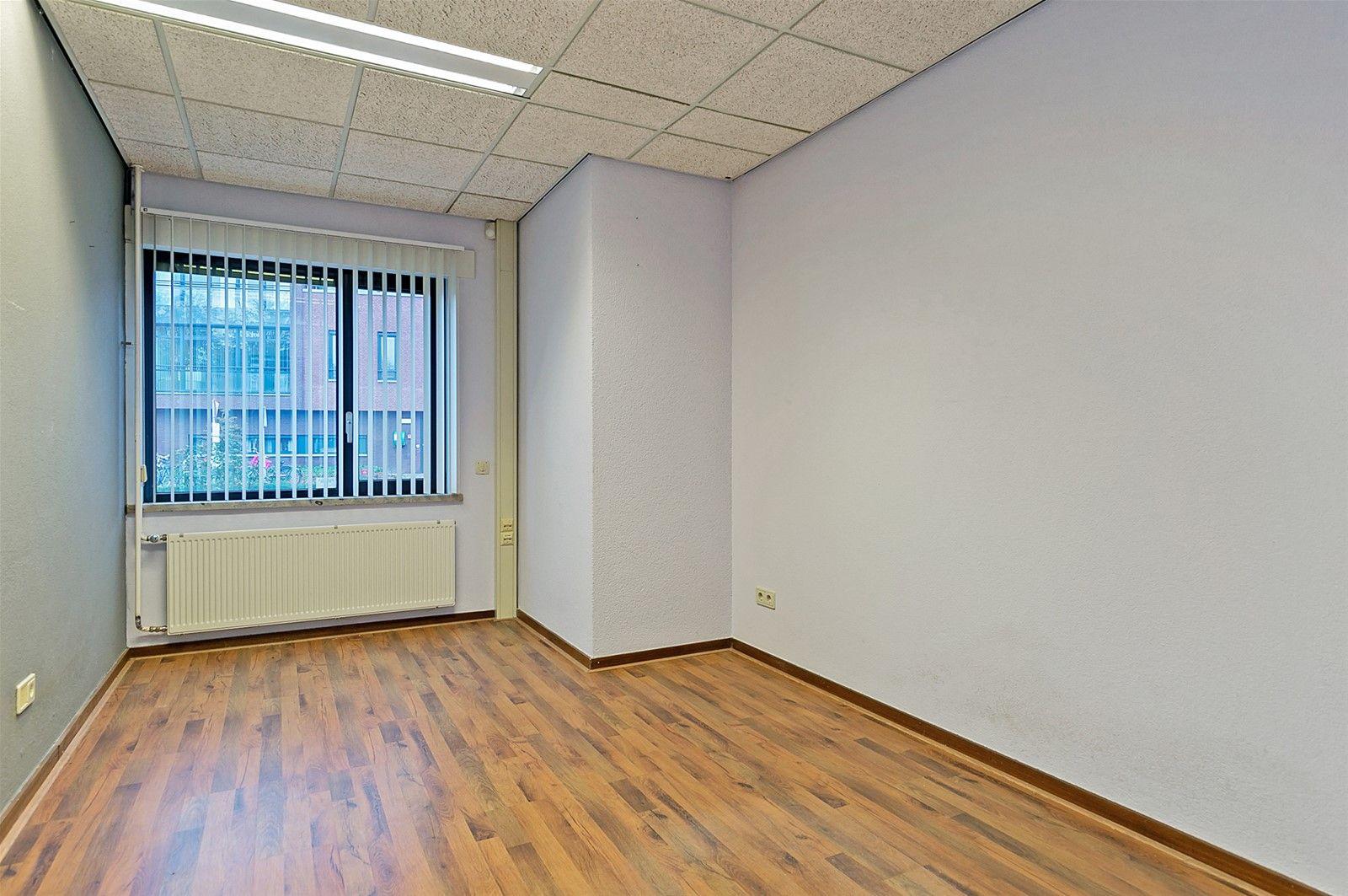 Diverse kantoorruimtes gelegen in een representatief kantoorgebouw in het centrum van Zundert. Het pand heeft een spouwmuur, platdak en verwarming geschiedt via een cv-combiketel. Verder is het pand voorzien van dubbele beglazing in kunststof kozijnen. Parkeergelegenheid wordt geboden op een grote parkeerplaats binnen 100 meter afstand. Daarnaast heeft het pand eigen parkeerplaatsen. Dit bedrijfsverzamelgebouw is gelegen in de hoofdstraat van Zundert. Het betreft een locatie met een goede bereikbaarheid mede door de nabijheid van uitvalswegen richting A16 en A58. Op bijgevoegde plattegrond is aangeduid welke kantoorruimtes beschikbaar zijn.  INDELING BEGANE GROND Ruimte 2-  Bruto vloeroppervlakte- 12m² Ruimte 3- Bruto vloeroppervlakte- 21 m²  INDELING VERDIEPING Ruimte 7- Bruto vloeroppervlakte- 35 m²