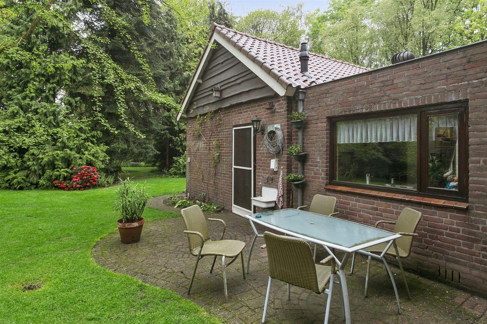 In buurtschap -Heerstaaien-, net onder Ulvenhout en ten zuiden van Breda staat deze landelijk gelegen vrijstaande woning met aanbouw en diverse bijgebouwen. Het betreft een mooi perceel van 16.962 m² groot waarop een niet alle daagse prachtige tuin is aangelegd welke zeker indruk zal maken!  Zelden zie je een tuin die zo groot is, maar de uitstraling en warmte heeft van een kleinere tuin. Je verwacht een park, maar er wordt hier ook gedetailleerd getuinierd. De prachtige vijvers zijn vakkundig aangekleed, met een haast Japanse allure. Een minirivier met bruggetjes en dan nog een prieeltje bij de grote vijver maken deze tuin tot een waar paradijs.  De woning heeft op de begane grond een ruime woonkamer met haard, een leefkeuken, een badkamer (2001), ouderslaapkamer en een achterentree met toiletruimte en cv kast. De eerste verdieping heeft drie slaapkamers. Middels een vlizotrap bereik je de bergzolder.  BEGANE GROND Entree/hal met toegang tot de woonkamer en vaste trap naar de eerste verdieping.  Afwerking- tegelvloer met vloerverwarming, Spachtelputz wanden en een stucwerk plafond.  Meterkast- 10 groepen en aardlekschakelaarbeveiliging.   Ruime woonkamer voorzien van een schouw met inzethaard en een vaste (berg) kast.  Afwerking- tegelvloer met vloerverwarming, behangen wanden en een stucwerk plafond.   Nette leefkeuken (2001) in rechte opstelling uitgerust met een deels houten en deels granieten aanrechtblad, 1 spoelbak, 5 pits kookplaat, koelkast, combimagnetron, vaatwasser en afzuigkap. Deze ruimte geeft toegang tot de achterentree, voorentree, kelder en woonkamer.  Afwerking- tegelvloer met vloerverwarming, deels betegelde en deels Spachtelputz wanden en  een wit geschilderd houten schroten plafond.   Ouderslaapkamer 1 (voormalig garage)- voorzien van een schuifpui en een wandkast met een wasmachine– en drogeraansluiting. Afwerking- tegelvloer met vloerverwarming, behangen wanden en een Spachtelputz plafond met spotverlichting.  Achterentree met cv kast.  Afwer