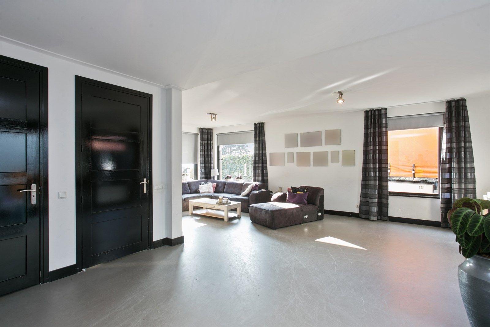 In het buitengebied nabij het Liesbos en op 10 autominuten van diverse uitvalswegen en de stad Breda, staat deze bedrijfsruimte uit 2001 (600 m²) met inpandige kantoorruimte/showroom, spuitcabine en zeer nette woning uit het jaar 2007/2008 (600 m³). De woning kent op de begane grond een ruime woonkamer, keuken, bijkeuken, hal, toilet en toegang tot de kelder. De eerste verdieping is voorzien van een  badkamer, drie slaapkamers en een ruime hal welke deels in gebruik is als slaapkamer.   Voor de mogelijkheden m.b.t. het bestemmingsplan kunt u telefonisch contact opnemen met ons kantoor.   BEGANE GROND  Entree/hal  Afwerking- gietvloer/beton look, stucwerk wanden en een deels houten platen en deels stucwerk plafond.   Toiletruimte met -zwevend- closet.  Afwerking- gietvloer/beton look, deels houten platen en deels stucwerk wanden.  Het plafond is tevens afgewerkt met deels houten platen en deels stucwerk.  Ruime woonkamer met toegang tot de kelder en schuifpui naar patio.  Afwerking- gietvloer/beton look, stucwerk wanden en een stucwerk plafond.   Keuken in rechte opstelling uitgerust met een granieten aanrechtblad, 1 spoelbak, gas kookplaat,  combi-magnetron, gasoven en RVS afzuigkap.  Afwerking- gietvloer/beton look, deels stucwerk en deels betegelde wanden.  Het plafond is tevens afgewerkt met stucwerk.   Praktische bijkeuken met cv installatie en deur naar terras.   Afwerking- gietvloer/beton look, stucwerk wanden en een stucwerk plafond.   EERSTE VERDIEPING Overloop met bergkast Afwerking- vloerbedekking, stucwerk wanden en een stucwerk plafond.   Slaapkamer 1- voorzien van een deur naar balkon.  Afwerking- vloerbedekking, stucwerk wanden en een platen plafond.   Slaapkamer 2-  Afwerking- vloerbedekking, stucwerk wanden en een stucwerk plafond.   Slaapkamer 3-  Afwerking- vloerbedekking, stucwerk wanden en een stucwerk plafond.   Slaapkamer 4-  Afwerking- vloerbedekking, stucwerk wanden en een deels houten platen en deels stucwerk plafond.  Luxe badkamer uitgerus