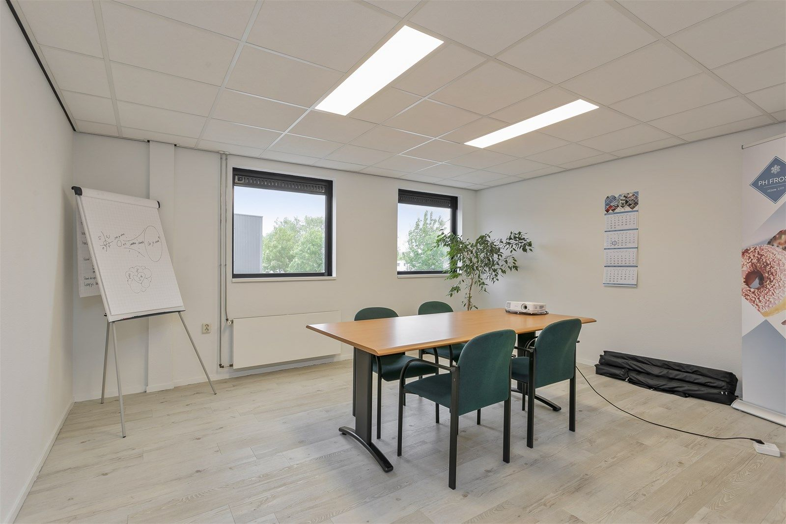 Dit bedrijfspand met verdieping is heeft een uitstekende locatie op industrieterrein Vosdonk te Etten-Leur. Het pand is geschikt voor verschillende doeleinden mede door de mogelijkheid om het pand te herindelen.  De ligging van het bedrijfspand is ideaal; goed bereikbaar zowel aan de voor- als achterzijde, eigen parkeerplaatsen en een goede ontsluiting met de A58(Breda/Etten-Leur/Roosendaal).  Het pand heeft een ruime showroom aan de voorzijde. Aan de linkerzijde van het pand bevindt zich een opslagruimte met sectionaal deur. Het pand bestaat daarnaast uit een tweetal grote magazijnen aan de achterzijde, toegankelijk middels een tweetal sectionaal deuren. Op de eerste verdieping is een kantine met keuken en diverse kantoorruimtes.   LIGGING  Industrieterrein Vosdonk is een groot regionaal bedrijventerrein in gemeente Etten-Leur. Het terrein is centraal gelegen tussen de steden Breda en Roosendaal en is gelegen aan de Rijksweg A58 (Breda- Roosendaal) welke binnen 5 autominuten aansluiting biedt op de A16 (Rotterdam-Antwerpen).  Ook  vanuit de stad Breda is de bereikbaarheid optimaal. Het terrein heeft een groot buitenterrein met aan de voorzijde 22 parkeerplaatsen. De achterzijde is goed bereikbaar middels een eigen ontsluitingsweg.   BOUWAARD  De voorzijde van het pand alwaar zich de showroom en de kantoorruimtes bevinden is opgetrokken met baksteen (spouw). De kozijnen zijn van kunststof en zijn voorzien van dubbele beglazing. De loodsen aan de linkerzijde en de achterzijde zijn opgetrokken in damwand en voorzien van  overheaddeuren.   INDELING  Ruime showroom aan de voorzijde van het pand met berging en keukenblok Een loods aan de linkerzijde met overheaddeur Een tweetal loodsen/opslagruimtes aan de achterzijde van het pand met twee overheaddeuren Een kantoorgedeelte met keuken en sanitair op de 1e verdieping bereikbaar vanaf de loods Een kantoorgedeelte met pantry en sanitair op de 1e verdieping bereikbaar vanaf buitenterrein. Dit kantoorgedeelte is verhuurd.   K
