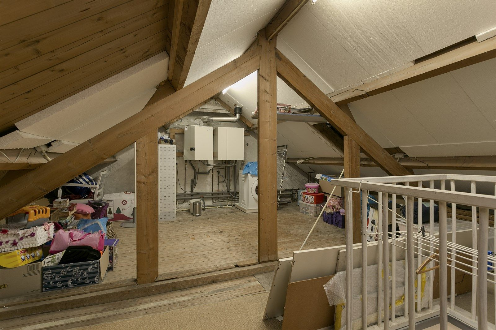 Deze instapklare twee-onder-een-kapwoning met grote tuin en berging is centraal gelegen in het dorp Zundert in de nabijheid van de nodige voorzieningen.   De woning is fraai afgewerkt en onder andere voorzien van een ruime woonkamer met mooie houten vloer,  een moderne open keuken, twee slaapkamers waarvan 1 met inloopkast en een luxe badkamer met douche en ligbad.   De achtertuin is verzorgd aangelegd met bestrating, een houten vlonder, een overdekt terras, een gazon en een berging aan de achterzijde.   BEGANE GROND  Entree/hal met toegang tot de toiletruimte, kelder, woonkamer en vaste trap naar de eerste verdieping. Afwerking- Tegelvloer, stucwerk wanden en stucwerk plafond. Meterkast- 15 groepen en 2 aardlekschakelaars.  Toiletruimte met zwevend toilet en fonteintje. Afwerking- Tegelvloer, wandlambrisering met daarboven stucwerk en stucwerk plafond.  Zeer ruime woonkamer met openslaande tuindeuren aan de achterzijde naar de achtertuin en toegang tot de open keuken. Afwerking- Houten vloer, stucwerk wanden en stucwerk plafond met sierlijsten.  Moderne open keuken met kookeiland en kastenwand uitgerust met een kunststof werkblad, spoelbak, vaatwasser, 4-pits gaskookplaat, afzuigkap, 2 combi-ovens, koelkast en kastruimte.  Afwerking- Tegelvloer, stucwerk wanden en stucwerk plafond.  Kelder Afwerking- Tegelvloer en betegelde wanden.   EERSTE VERDIEPING  Overloop met toegang tot twee slaapkamers, de badkamer en vaste trap naar de tweede verdieping. Afwerking- Laminaatvloer, stucwerk wanden en stucwerk plafond.  Slaapkamer 1- Een ruime slaapkamer aan de voorzijde van de woning met inloopkast. Afwerking- Laminaatvloer, stucwerk wanden en stucwerk plafond.  Slaapkamer 2- Een slaapkamer aan de achterzijde van de woning. Afwerking- Laminaatvloer, stucwerk wanden en spuitwerk plafond.  Luxe badkamer uitgerust met een ligbad, douche, badkamer meubel met wastafel, een zwevend toilet en designradiator.  Afwerking- Tegelvloer, wandtegels en stucwerk plafond.   TWEEDE VERDIEPIN
