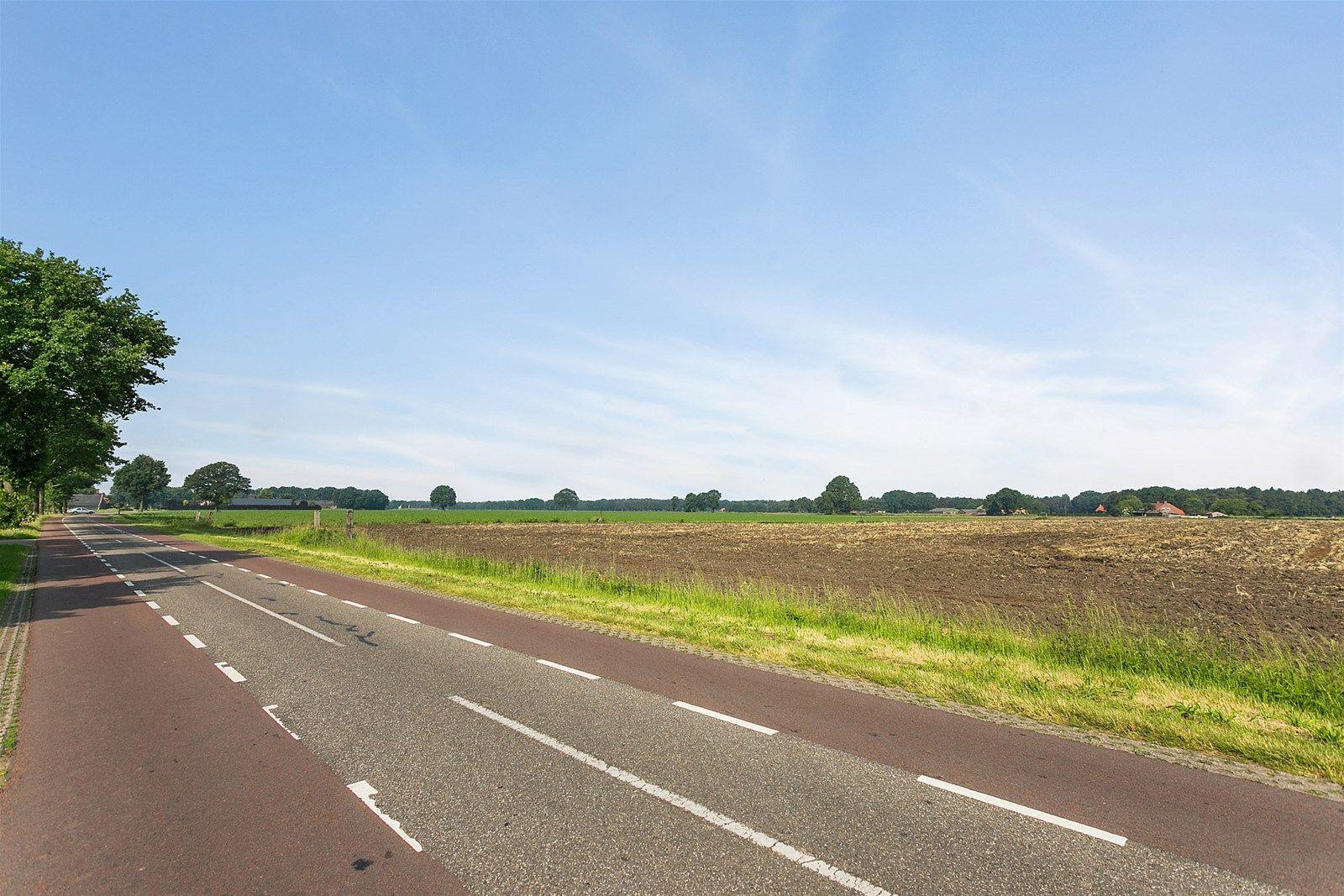 Mogelijkheid om extra grond, circa 3.31.75 ha, aan te kopen. Dit voormalig agrarisch bedrijf is prachtig gelegen op een perceel van 0.70.00 ha in het buitengebied van Baarle-Nassau. Het behoort tot de mogelijkheden om extra grond, circa 3.31.75 ha, aan te kopen. Tevens kan, indien daarvoor goedkeuring is verleend door diverse overheidsinstanties, worden omgeschakeld naar bijvoorbeeld een bedrijfsbestemming met als nevenactiviteit bed - breakfast of, mits is voldaan aan de daarvoor geldende voorwaarden, naar een woonbestemming waarna er ter plaatse als burger kan worden gewoond. Zo is deze locatie bijvoorbeeld te exploiteren als een recreatieve of ander soortige bedrijfsmatige nevenactiviteit, mits ook in deze genoemde situatie de diverse overheidsinstanties hiermee hebben ingestemd.   De uitgebouwde vrijstaande woonboerderij beschikt over een inpandig bereikbare schuur, loods, paardenstal, sleufsilo en garage. De begane grond heeft o.a. een royale slaapkamer, badkamer, woonkamer, praktische bijkeuken en  zeer ruime leefkeuken. De eerste verdieping heeft vier slaapkamers en een toiletruimte.   BEGANE GROND De voorentree geeft toegang tot de woonkamer en de ruime leefkeuken.  Afwerking- Tegelvloer, Boeren Granol wanden en MDF plafond. Meterkast- 9 groepen, 3 aardlekschakelaars en krachtstroom.  De woonkamer is voorzien van een sfeervolle schouw en er treedt veel daglicht toe in de kamer.   Afwerking- Houten vloer, Granol wanden en sierbalken plafond.   De zeer ruime leefkeuken is uitgerust met een keuken in hoekopstelling met een kunststof aanrechtblad met dubbele spoelbak, 5-pits gaskookplaat, afzuigkap, vaatwasser, koelkast, vrieskast en combimagnetron. Vanuit de keuken zijn de kelder, achterentree en middels vaste trap de eerste verdieping te bereiken.  Afwerking- Houten vloer, Granol wanden en sierbalken plafond.    Achterentree geeft toegang tot de toiletruimte, bijkeuken en portaal in de schuur met toegang tot de slaapkamer op de begane grond.  Afwerking- Tegelv