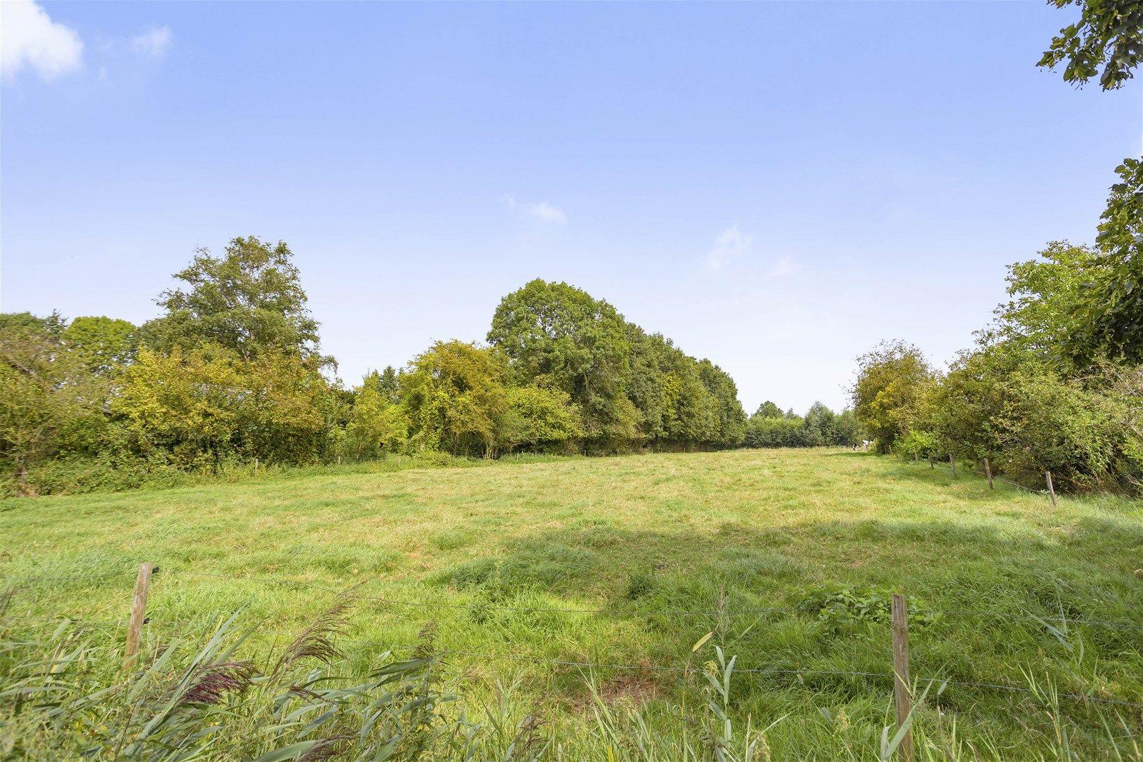 Bouwkavel gelegen op een perceel van ca 3.100 m² in een prachtige groenrijke omgeving maar toch op korte afstand van de dorpskern van Chaam met al haar dorpsvoorzieningen. Ook zijn de uitvalswegen naar Roosendaal, Breda, Rotterdam en Antwerpen binnen enkele minuten bereikbaar.  Om uw droom waar te maken dient er eerst een omgevingsvergunning te worden aangevraagd bij de gemeente Alphen-Chaam. De kosten voor deze aanvraag, ook wel leges genoemd, komen voor rekening van koper. De bijbehorende bouwregels en voorwaarden leest u verder in deze brochure.  Voor meer informatie kunt u telefonisch contact opnemen met de Gemeente Alphen-Chaam of ons kantoor. Het behoort tot de mogelijkheden om dit bouwkavel met meer grond aan te kopen.  Bouwregels Voor de bouw van een nieuwe vrijstaande woning op dit perceel gelden onder andere de volgende  bouwregels-  Woonhuis De goothoogte mag niet meer bedragen dan 5 m;  De bouwhoogte mag niet meer bedragen dan 9 m;  De inhoud mag niet meer bedragen dan 750 m3.   Bijgebouwen Dienen op een afstand van tenminste 2 m achter de voorgevelrooilijn en ten minste 1 m van de  woning te worden gebouwd; De gezamenlijke oppervlakte mag niet meer bedragen dan 200 m² per toegestane woning; De goothoogte mag niet meer bedragen dan 3 m; De bouwhoogte mag niet meer bedragen dan 6 m  Aan-huis-verbonden beroep of bedrijf Binnen de bestemming -Wonen- is de uitoefening van een aan-huis-verbonden beroep of bedrijf  toegestaan als ondergeschikte activiteit bij de woonfunctie, waarbij moet worden voldaan aan de volgende voorwaarden- De omvang van de activiteit mag niet meer bedragen dan 30% van de gezamenlijke oppervlakte van de bebouwing van de woning en/of bijgebouwen tot een maximum van 50 m². Het gebruik mag geen nadelige invloed hebben op de normale afwikkeling van het verkeer en mag geen onevenredige toename van de parkeerbehoefte veroorzaken. De activiteit dient milieu hygienisch inpasbaar te zijn in de woonomgeving. Detailhandel is niet toegestaan. De ac