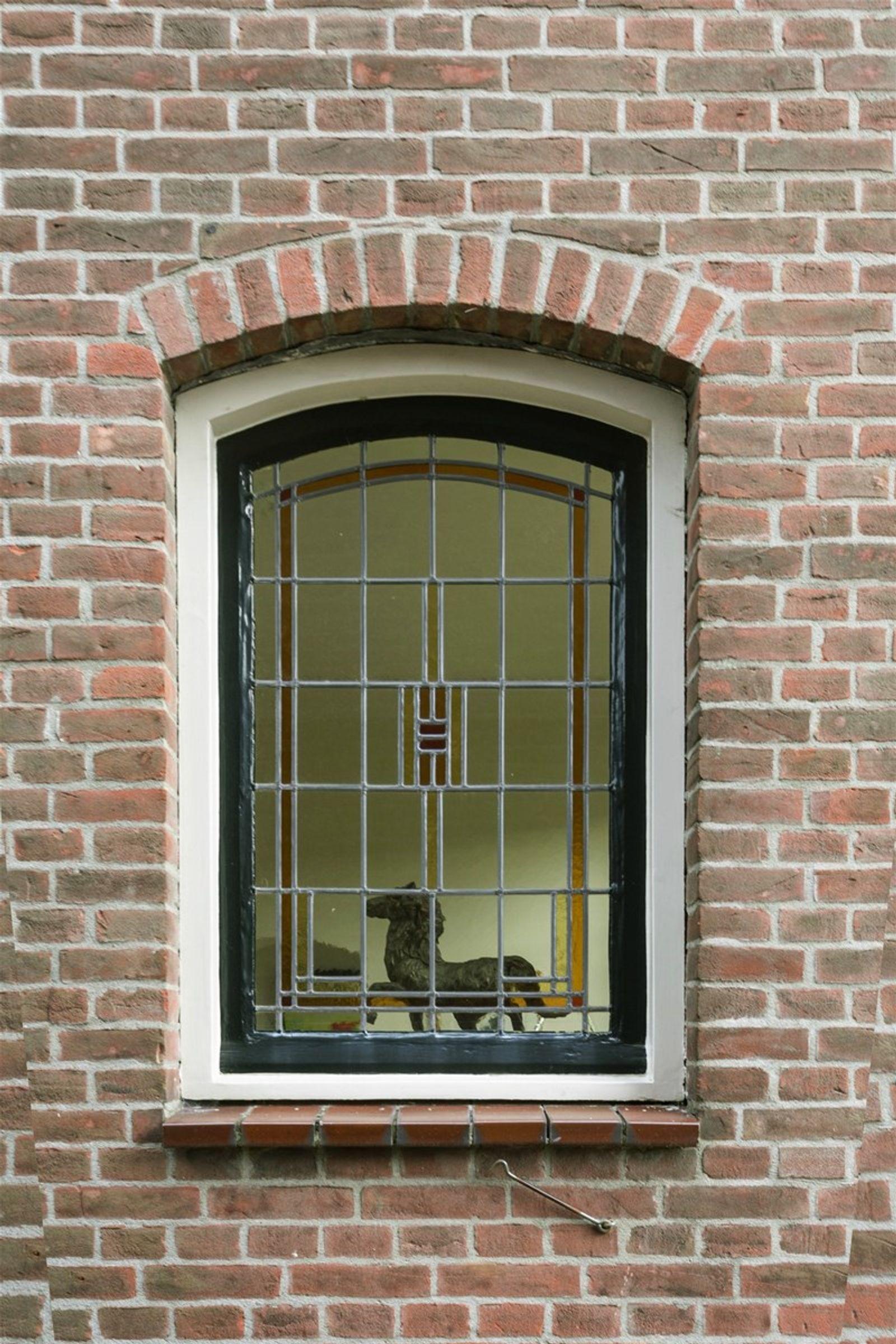 Dit zou uw unieke kans kunnen zijn, verkoper en gemeente zijn doende de Villa te splitsen tot twee woningen, de procedure is hiervoor in gang gezet. Kijk naar de plattegronden voor de mogelijkheden. Neem gerust contact met ons op voor een nadere toelichting.  Deze unieke en prachtige verschijning biedt het beste van twee werelden. Enerzijds strategisch gelegen tussen Breda en Tilburg (15! autominuten) en anderzijds stijlvol wonen in het dorpscentrum, met volledige rust en privacy.  Het pand is volledig gerenoveerd, waarbij alle elementen van het huis zoveel mogelijk in authentieke, nostalgische stijl zijn behouden. Iedere ruimte heeft een warme uitstraling met een eigen karakter. Knus, terwijl de kamers toch echt niet klein zijn. Door de aanwezigheid van de verschillende ruimten biedt dit huis tal van mogelijkheden. Zo kan de imposante zolder bijvoorbeeld worden gebruikt als een atelier/kantoorruimte, maar ook als prachtige extra leefruimte. Sowieso is het een ideaal familiehuis, waar echt in -geleefd- kan worden. Met aan de overkant de basisschool, de bibliotheek, cultureel centrum De Schakel en elke dag vers brood van de naburige bakker.   De oprit met carport wordt afgesloten met een houten poort. Achter deze poort verschuilt zich nog een vrijstaand huisje dat uitermate geschikt is voor een hobby- en/of klusliefhebber. In de groenrijke en volledig ommuurde achtertuin kunt u in alle rust en ruimte heerlijk genieten!   Glas-in-lood, ornamenten, authentieke tegelvloeren en heel veel leefruimten- Dit huis verdient een eigenaar die met volle teugen wil genieten van deze sfeer.  Deze woning is ook bijzonder geschikt voor paardenliefhebbers. Je rijdt de straat uit en daar begint het buitengebied en de eindeloze Chaamse bossen. De huidige bewoners hebben ruim 13 jaar met veel plezier hun paarden in en om dit huis gehad. Er zijn tal van goede pensionmogelijkheden in de nabije omgeving met perfect uitrij-gebied. Ook zijn er goede mogelijkheden tot weidehuur.   DUBBELE BEWO