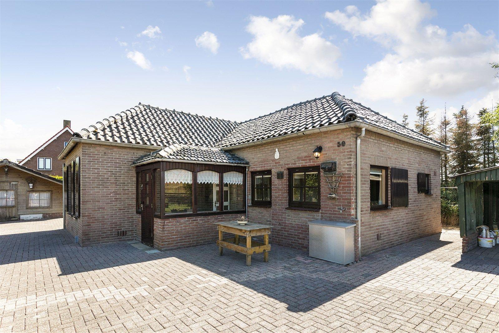 Deze vrijstaande kluswoning is gunstig gelegen op een perceel van 587 m² in het groenrijke buitengebied van Etten-Leur. In de nabijheid van diverse natuurgebieden, op zeer korte afstand van het bruisende dorpscentrum en diverse uitvalswegen richting Breda, Rotterdam, Antwerpen en Roosendaal.  Wie niet bang is om de handen uit de mouwen te steken, kan in zijn handjes wrijven. Een ware klusser ziet hier alleen maar mogelijkheden- een uitgelezen kans het geheel naar eigen wens en smaak te verbouwen. Aan de achterzijde heeft u ook nog eens prachtig uitzicht over de uitgestrekte landerijen!   BEGANE GROND Entree/hal met toegang tot de woonkamer en de keuken. Afwerking- tegelvloer, schoonmetselwerk wanden en een MDF plafond.  Woonkamer met toegang tot de twee slaapkamers en het tussenportaal naar de keuken en de hal. Afwerking- tegelvloer, behangen wanden en een Agnes platen plafond.  Slaapkamer 1- ruime slaapkamer aan de achterzijde. Via een luik krijg je toegang tot de ruime bergzolder.  Afwerking- vloerbedekking, deels kunststof en deels behangen wanden en een Agnes platen plafond.   Slaapkamer 2- gelegen aan de achterzijde van de woning. Afwerking- vloerbedekking, behangen wanden en een Agnes platen plafond.  Woonkeuken uitgerust met een kunststof werkblad, spoelbak, 4-pits gaskookplaat, afzuigkap en  kastruimte. Vanuit de keuken zijn de badkamer en toilet te bereiken. Afwerking- tegelvloer, Spachtelputz wanden en een MDF plafond. Meterkast- 4 groepen en 1 aardlekschakelaar.  Eenvoudige badkamer uitgerust met een ligbad, wastafel en toilet. Afwerking- tegelvloer, betegelde wanden en een MDF plafond.  EERSTE VERDIEPING Zeer ruime bergzolder bereikbaar middels een luik in een van de slaapkamers.  EXTERIEUR Half open schuur/carport Opgetrokken met hout.  Vrijstaande berging/tuinhuis Opgetrokken met hout en toegankelijk via een loopdeur. Deze ruimte beschikt over een gaskachel en elektra.  Vrijstaande berging Opgetrokken met deels steen en deels hout. Toegankelijk via twe