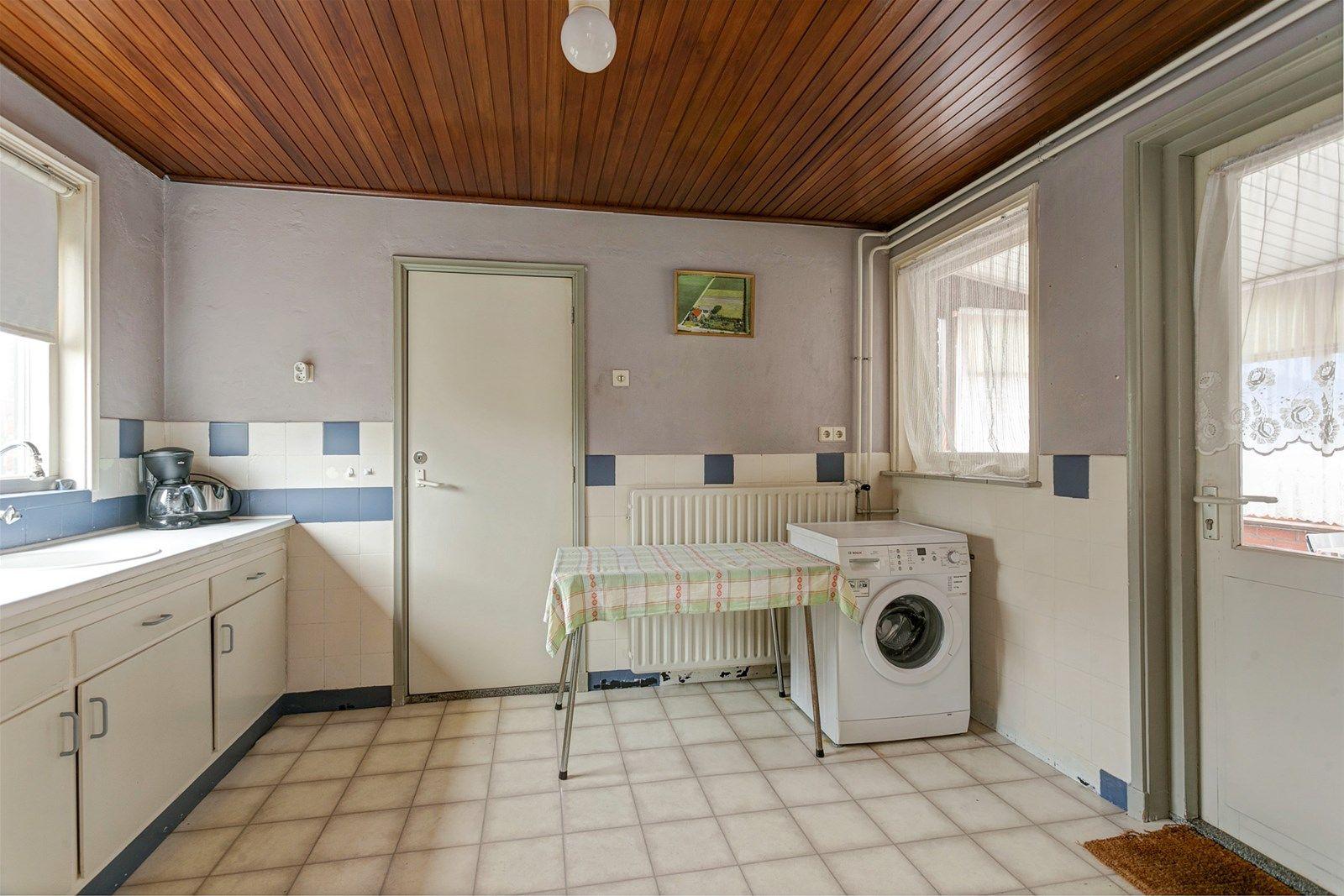 Deze woning is prachtig gelegen in het buitengebied van Zundert en heeft een ruime garage en een grote loods. Daarnaast beschikt deze woning over meer dan 1 hectare grond wat de ultieme rust en privacy biedt.   De woning is onder andere voorzien van een ruime woonkamer, een eetkamer met toegang tot een kelder, keuken, bijkeuken, badkamer en vier slaapkamers.  De tuin is verzorgd aangelegd. Het erf biedt toegang tot de ruime garage en de grote loods. Enerzijds heeft deze woning een mooie ligging in het buitengebied en anderzijds is de dorpskern van Zundert dichtbij, met  de nodige voorzieningen zoals winkels, een school en horecagelegenheden.  BEGANE GROND  Entree/hal met toegang tot de eetkamer en vaste trap naar de eerste verdieping. Afwerking- Tegelvloer, houten lambrisering wanden en houten schroten plafond. Meterkast- 4 groepen, 1 krachtstroomgroep.  Eetkamer met toegang tot de ruime kelder, de keuken en de woonkamer Afwerking- Zeilvloer, deels tegels en deels stucwerk wanden en houten schroten plafond.  Zeer ruime woonkamer met kachel.  Afwerking- Zeilvloer, stucwerk wanden en houten schroten plafond.  Eenvoudige keuken uitgerust met een kunststof werkblad, spoelbak en kastruimte. Vanuit de keuken is de  praktische bijkeuken en de badkamer bereikbaar. In de keuken bevindt zich ook de boiler en zijn er  aansluitingen voor de wasmachine.  Afwerking- Zeilvloer, deels tegels en deels stucwerk wanden en houten schroten plafond.  Praktische bijkeuken met wasbak.  Afwerking- Tegelvloer, bakstenen wanden en kunststof schroten plafond.  Badkamer met toilet, wastafel en douche.  Afwerking- Deels zeil en deels tegelvloer, wandtegels en daarboven stucwerk en een deels kunststof schroten en deels stucwerk plafond.  EERSTE VERDIEPING  Overloop met toegang tot vier slaapkamers en een kast.  Afwerking- Vloerbedekking, houten lambrisering wanden en een zachtboard plafond.   Slaapkamer 1- Een ruime slaapkamer aan de achterzijde van de woning met toegang tot het dakterras. Afwerk