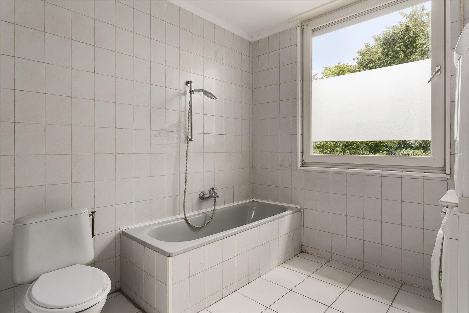 Deze ruime vrijstaande woning met eigen oprit en vrijstaande schuur staat op een perceel van 6.940 m² in een rustige en kindvriendelijke woonstraat aan de rand van het dorp. Binnen 5 autominuten bereik je de natuur van het Liesbos maar ook het bruisende dorpscentrum van Etten-Leur.   De begane grond heeft o.a. een ruime woonkamer, een keuken, drie slaapkamers (welke multifunctioneel inzetbaar zijn) en een badkamer. De eerste verdieping heeft een zolderkamer en twee royale slaapkamers waarbij de mogelijkheid bestaat hier extra (slaap)kamers te creeren.  Aan de achterzijde van de woning bevindt zich een vijverpartij en terras waarbij u in alle rust kunt genieten van de rust, ruimte - privacy.  BEGANE GROND Entree/hal met toegang tot de toiletruimte, woonkamer, keuken, drie (slaap)kamers, de badkamer en  vaste trap naar de eerste verdieping. Afwerking- tegelvloer, spuitwerk wanden en een spuitwerk plafond. Meterkast- 16 een-fase groep, 2 driefase groep en 2 driefase aardlekschakelaars.  Toiletruimte Afwerking- tegelvloer, wandtegels en spuitwerk plafond.  Zeer ruime woonkamer voorzien van schouw met rookkanaal en schuifpui die toegang biedt tot de achtertuin. De voor– en achterzijde beschikt over handmatig bedienbare rolluiken. Afwerking- marmeren vloer, spuitwerk wanden en een spuitwerk plafond met sierlijsten.  Woonkeuken uitgerust met een kunststof werkblad, spoelbak, 5-pits gaskookplaat, afzuigkap, combimagnetron, koel-vries combi (2018), vaatwasser (2018) en handig ingebouwde voorraadkast.  Vanuit de keuken zijn de woonkamer en de hal bereikbaar. Er is een krachtstroom voorziening aanwezig voor elektrisch koken. Afwerking- tegelvloer, Spachtelputz wanden en een Spachtelputz plafond.  Slaapkamer 1- Een slaapkamer aan de voorzijde van de woning. Afwerking- vloerbedekking, spuitwerk wanden en spuitwerk plafond.  Slaapkamer 2- Een ruime slaapkamer aan de voorzijde van de woning. Afwerking- Vloerbedekking, spuitwerk wanden met deels wandtegels en spuitwerk plafond en h