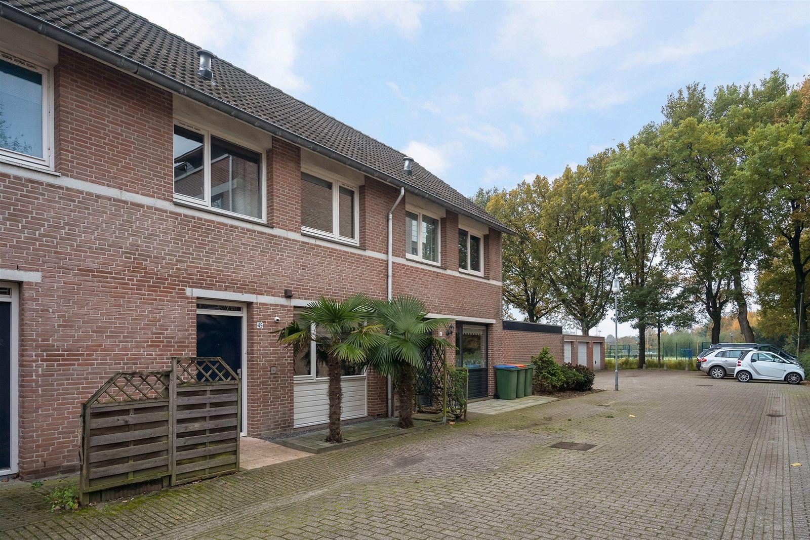 Deze instapklare middenwoning met vrijstaande (fietsen) berging en tuin op het zuiden is rustig gelegen in een kindvriendelijke woonwijk met volop parkeermogelijkheden. Alle dagelijkse voorzieningen als winkels, scholen, openbaar vervoer (bushalte) zijn op korte (loop)afstand bereikbaar. Het bruisende stadscentrum van Breda bereik je binnen 10 fietsminuten en via de nabij gelegen uitvalswegen heb je  een vlotte verbinding met de snelwegen A16, A58 en A59.  De begane grond heeft een open keuken en fijne woonkamer met raampartij waarbij veel lichtinval binnen treedt. Via een open trap bereik je de eerste verdieping met twee slaapkamers en een moderne badkamer. De tweede verdieping is multifunctioneel inzetbaar en uitermate geschikt voor een slaap of hobby/kantoor kamer. Tevens is er een wasmachine- en droger aansluiting aanwezig.  De onderhoudsvriendelijke achtertuin is gelegen op het zuiden waardoor je vrijwel altijd zon in de tuin hebt.    BEGANE GROND Entree/hal met toegang tot de toiletruimte, woonkamer en open keuken. Afwerking- laminaatvloer, stucwerk wanden en een stucwerk plafond. Meterkast- 7 groepen en 2x aardlekschakelaarbeveiliging.  Toiletruimte met fonteintje.  Afwerking- tegelvloer, betegelde wanden en een stucwerk plafond.   Fijne woonkamer met elektrisch bedienbare rolluiken en groot raampartij waardoor er veel lichtinval binnen treedt. De ruimte staat in open verbinding met de keuken en via een open trap is de eerste verdieping bereikbaar. Afwerking- laminaatvloer, stucwerk wanden en een spuitwerk plafond.   Open keuken in hoekopstelling uitgerust met een kunststof aanrechtblad, spoelbak, koelkast, keramische kookplaat, koelkast, vaatwasser en RVS afzuigkap. Afwerking- laminaatvloer, spuitwerk wanden en een spuitwerk plafond.   EERSTE VERDIEPING Overloop met toegang tot twee slaapkamers, de badkamer en vaste trap naar de tweede verdieping. Afwerking- laminaatvloer, deels stucwerk en deels behangen wanden. Het plafond is afgewerkt met stucwerk.   Slaa