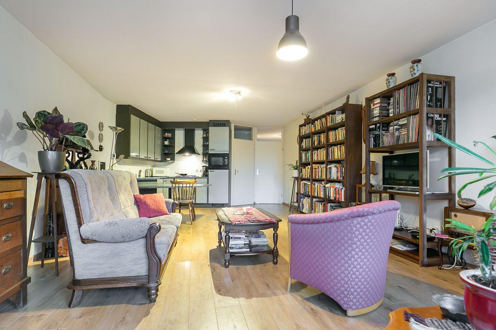 Een  3-kamerappartement op de 1e verdieping van appartementencomplex -Hofzicht-, gelegen midden in het centrum van Rijsbergen met op loopafstand alle dorpsvoorzieningen zoals winkels, supermarkten, horecagelegenheden en openbaar vervoer (bushalte).   Het appartementencomplex beschikt over een centrale entree met trapopgang en een lift. Het appartement is voorzien van een woonkamer met open keuken, tweetal slaapkamers, een praktische bergruimte, toiletruimte en een badkamer. Tevens is dit appartement voorzien van een ruim dakterras aan de achterzijde en een balkon aan de voorzijde waarbij u uitkijkt over de Sint Bavostraat.   Op de begane grond bevindt zich een garage en is er ruime parkeermogelijkheid aan de achterzijde van het complex.   Entree/hal met toegang tot een tweetal slaapkamers, toiletruimte, badkamer en woonkamer met open keuken.  Afwerking- laminaatvloer, Soachtelputz wanden en een spuitwerk plafond.  Meterkast-  6 groepen en 1 aardlekschakelaarbeveiliging.   Toiletruimte  Afwerking- tegelvloer, Spachtelputz wanden en een spuitwerk plafond.   Fijne woonkamer met toegang tot het balkon aan de voorzijde waarbij u uitkijkt over de Sint Bavostraat.  Afwerking- laminaatvloer, Spachtelputz wanden en een spuitwerk plafond.   Open keuken in hoekopstelling uitgerust met een kunststof aanrechtblad, spoelbak, 4 pits gaskookplaat, combi- magnetron, koelkast en RVS afzuigkap.  Afwerking- laminaatvloer, Spachtelputz wanden en een spuitwerk plafond.   Praktische bergruimte met wandplanken en aansluitingen voor de wasmachine– en droger.  Afwerking- laminaatvloer, Spachtelputz wanden en een spuitwerk plafond.   Slaapkamer 1-  Afwerking- laminaatvloer, Spachtelputz wanden en een spuitwerk plafond.   Slaapkamer 2-  Afwerking- laminaatvloer, Spachtelputz wanden en een spuitwerk plafond.   Badkamer uitgerust met een ligbad met douchescherm voorzien van thermostaatkraan, toilet en dubbele wastafel met meubel.  Afwerking- laminaatvloer, Spachtelputz wanden en een spuitwerk pl