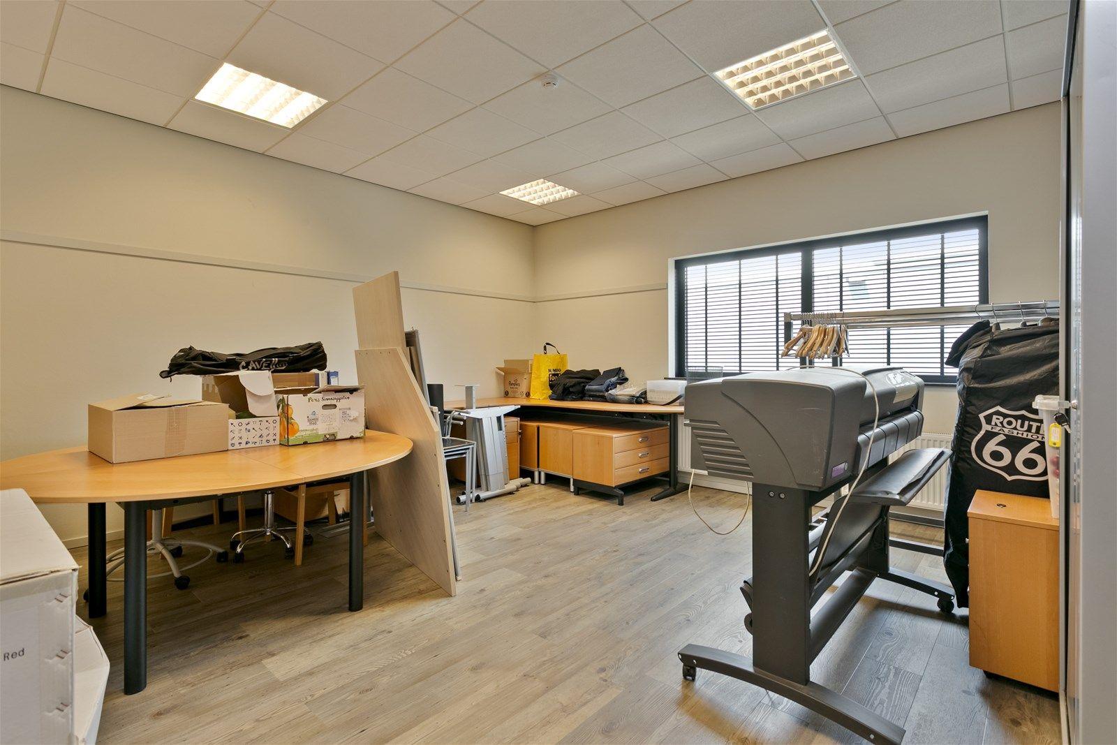 Dit bedrijfspand met verdieping is heeft een uitstekende locatie op bedrijventerrein Attelaken te Etten-Leur. Het pand is geschikt voor verschillende doeleinden mede door de combinatie van een kantoorgedeelte met een bedrijfshal. De ligging van het bedrijfspand is ideaal; goed bereikbaar, eigen parkeerplaatsen en een goede ontsluiting. Het pand heeft een kantoorgedeelte met diverse kantoorruimtes aan de voorzijde. Aan de achterzijde van het pand bevindt zich een opslagruimte met sectionaal deur.  LIGGING Bedrijventerrein Attelaken is een kleinschalig bedrijventerrein in gemeente Etten-Leur. Het terrein is cen-traal gelegen tussen de steden Breda en Roosendaal en op korte afstand gelegen van de Rijksweg A58 (Breda- Roosendaal) welke binnen 5 autominuten aansluiting biedt op de A16 (Rotterdam-Antwerpen).  BOUWAARD De voorzijde alwaar zich de kantoorruimtes bevinden is opgetrokken met baksteen (spouw). De kozijnen zijn van kunststof en zijn voorzien van dubbele beglazing. De loods aan de achterzijde is opgetrokken in damwand en voorzien van een overheaddeur.  INDELING • Kantoorgedeelte, met op begane grond een entree met toegang tot een tweetal kantoorruimtes waar-van er 1 voorzien met een pantry, toiletten en toegang tot de bedrijfshal. • Op de 1e verdieping bevinden zich een drietal kantoorruimtes. • Een loods aan de achterzijde met overheaddeur en loopdeur.  HUURPRIJS De huurprijs bedraagt €. 2.000,- per maand exclusief BTW.  SERVICEKOSTEN De servicekosten bedragen €. 100,- per maand exclusief BTW en bestaan uit- - onderhoud cv-ketel/heater - onderhoud overheaddeur - onderhoud brandhaspel - terreinonderhoud  BESTEMMINGSPLAN Het perceel is gelegen in het bestemmingsplan -Attelaken- van de gemeente Etten-Leur en heeft daarin de enkelbestemming -Bedrijventerrein-, de functieaanduiding -bedrijf tot en met categorie 3.1-, bouwvlak, en maatvoering -maximum bouwhoogte- 10 m-. Het bestemmingsplan is door de gemeenteraad vastgesteld op 11 juni 2013. Bron- www.ruimtelijkeplan