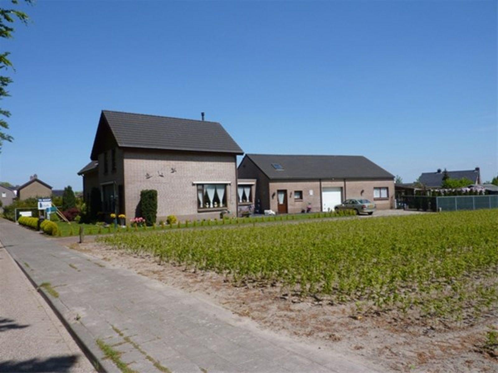 Half vrijstaande woning met aanbouw en loods gelegen aan een doorgaande weg, tussen de dorpskernen van Wernhout en Zundert. Veel voorzieningen zoals winkels, horeca en sportfaciliteiten, zijn nabij gelegen. De woning is o.a. voorzien van een woonkamer met sfeervolle schouw en houtkachel, een nette woonkeuken, badkamer met douche en ligbad op de begane grond en twee slaapkamers. De royale tuin is verzorgd aangelegd en is gunstig gelegen op het zuidoosten. Bij de woning behoort tevens een ruime loods met zolderruimte die veel mogelijkheden biedt.   BEGANE GROND Entree/hal biedt toegang tot de woonkamer. Afwerking- Tegelvloer, behangen wanden en een Agnes plafond.  Ruime woonkamer met sfeervolle schouw en houtkachel. Via een vaste trapopgang is er toegang tot de 1e verdieping en onder de trap bevindt zich de kelder. Afwerking- Vloerbedekking, deels schoonmetselwerk wanden, deels granollen wanden en een sierbalken plafond.  Woonkeuken met keukeninrichting in hoekopstelling, uitgerust met een kunststof werkblad, spoelbak, 4-pits gaskookplaat, afzuigkap, combimagnetron, koelkast, bovenkastjes en onderkastjes. Afwerking- Tegelvloer, granollen wanden en een sierbalken plafond.  Praktische bijkeuken/achterentree met aansluitingen voor de wasmachine en droger.  Afwerking- Tegelvloer, stucwerk wanden en een MDF plafond.  Toiletruimte met zwevend toilet en wastafel met meubel. Afwerking- Tegelvloer, wandtegels en een MDF plafond met spotverlichting.   Nette badkamer uitgerust met een ligbad, douche, wastafel met meubel en een designradiator.  Afwerking- Tegelvloer, wandtegels en MDF plafond met spotverlichting.  EERSTE VERDIEPING Overloop met vaste kast en toegang tot twee slaapkamers. Afwerking- Vloerbedekking, behangen wanden en een Agnes plafond.  Slaapkamer aan de achterzijde met wastafel en deur naar het plat dak van de aanbouw.  Afwerking- Vloerbedekking, behangen wanden en een Agnes plafond.  Slaapkamer aan de voorzijde. Afwerking- Vloerbedekking, behangen wanden en een 