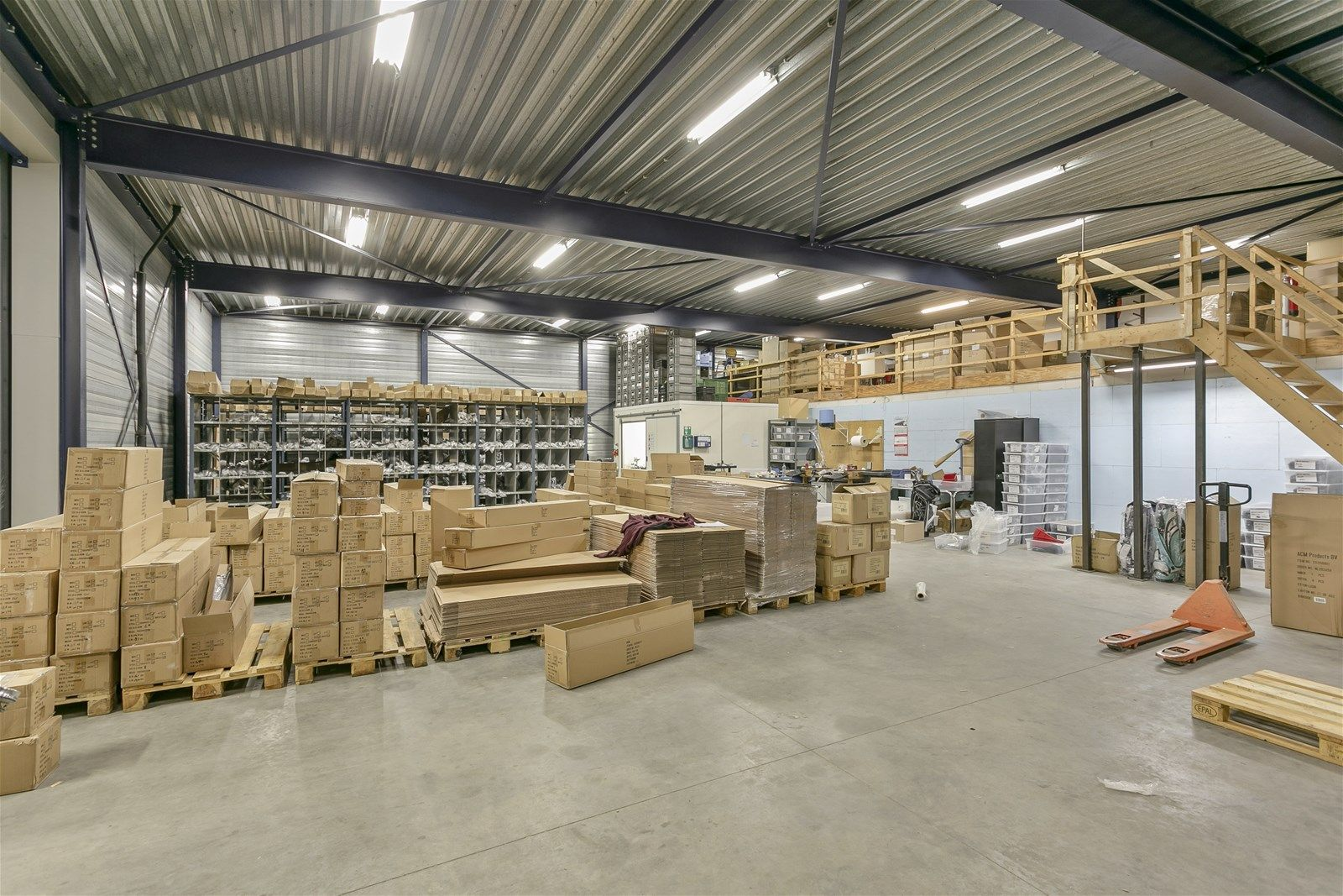 Dit bedrijfspand met verdieping is heeft een uitstekende locatie op industrieterrein Vosdonk te Etten-Leur. Het pand is geschikt voor verschillende doeleinden mede door de mogelijkheid om het pand te herindelen.  De ligging van het bedrijfspand is ideaal; goed bereikbaar zowel aan de voor- als achterzijde, eigen parkeerplaatsen en een goede ontsluiting met de A58(Breda/Etten-Leur/Roosendaal).  Het pand heeft een ruime showroom aan de voorzijde. Aan de linkerzijde van het pand bevindt zich een opslagruimte met sectionaal deur. Het pand bestaat daarnaast uit een tweetal grote magazijnen aan de achterzijde, toegankelijk middels een tweetal sectionaal deuren. Op de eerste verdieping is een kantine met keuken en diverse kantoorruimtes.   LIGGING  Industrieterrein Vosdonk is een groot regionaal bedrijventerrein in gemeente Etten-Leur. Het terrein is centraal gelegen tussen de steden Breda en Roosendaal en is gelegen aan de Rijksweg A58 (Breda- Roosendaal) welke binnen 5 autominuten aansluiting biedt op de A16 (Rotterdam-Antwerpen).  Ook  vanuit de stad Breda is de bereikbaarheid optimaal. Het terrein heeft een groot buitenterrein met aan de voorzijde 22 parkeerplaatsen. De achterzijde is goed bereikbaar middels een eigen ontsluitingsweg.   BOUWAARD  De voorzijde van het pand alwaar zich de showroom en de kantoorruimtes bevinden is opgetrokken met baksteen (spouw). De kozijnen zijn van kunststof en zijn voorzien van dubbele beglazing. De loodsen aan de linkerzijde en de achterzijde zijn opgetrokken in damwand en voorzien van overheaddeuren.   INDELING  Te huur aangeboden ruimten-  Een tweetal loodsen/opslagruimtes aan de achterzijde van het pand met twee overheaddeuren Een kantoorgedeelte met keuken en sanitair op de 1e verdieping bereikbaar vanaf de loods  KADASTRALE GEGEVENS  Gemeente- Etten-Leur Sectie- H Nummer- 4384 Groot- 46 aren en 17 centiaren   BESTEMMINGSPLAN  Het perceel is gelegen in het bestemmingsplan -Herziening 1 Bedrijventerrein Vosdonk- van de gemeente  E