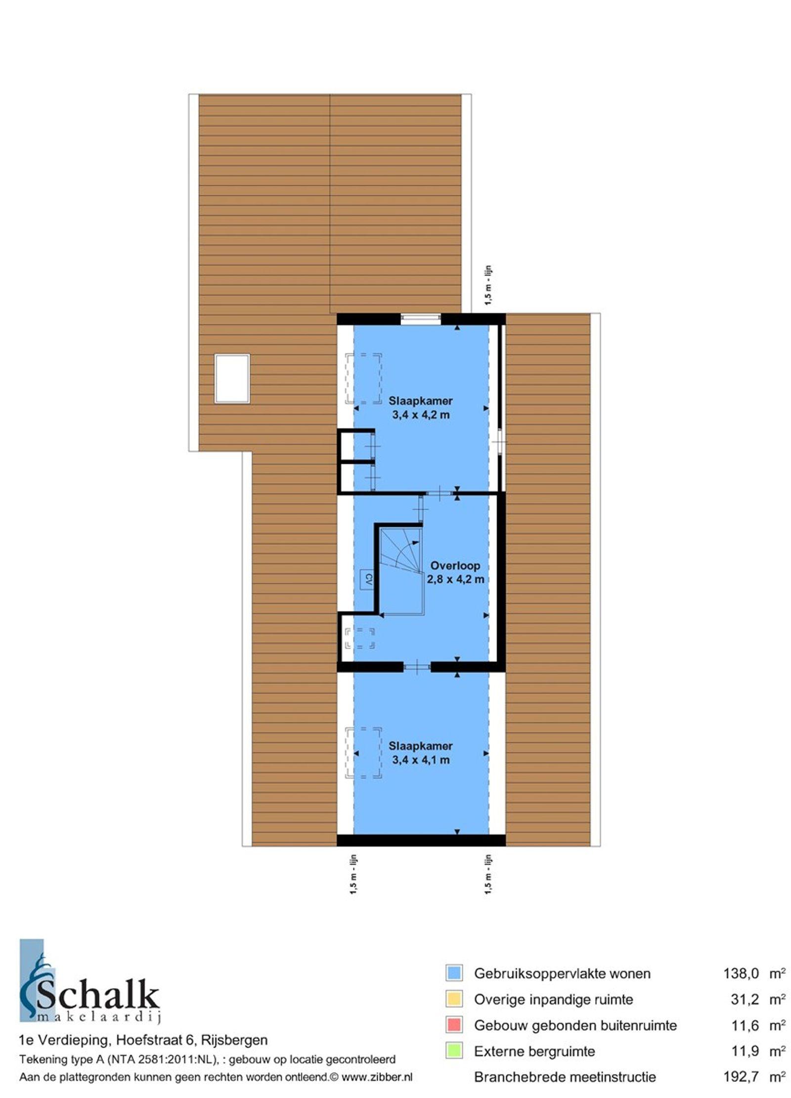 Op loopafstand van natuurgebied -Pannenhoef- en op enkele minuten van het dorpscentrum, de kinderboerderij, het zwembad en het sportcomplex, staat deze vrijstaande woning met aangebouwde garage en diepe achtertuin. De woning is gelegen op een perceel van 1.765 m². De begane grond heeft o.a. een ruime woonkamer, een nette leefkeuken, twee slaap-/kantoorkamers, een moderne badkamer, een wasruimte en een praktische bijkeuken. Op de eerste verdieping bevinden zich de derde en vierde slaapkamer alsmede een cv ruimte.    Rondom de woning ligt een verzorgd aangelegde tuin. De royale achtertuin is geheel omheind middels een hekwerk en beschikt onder andere over een veranda, tuinhuis, (kweek)kas, moestuin en diverse terrassen waardoor u in alle rust kunt genieten van het buitenleven!   Mogelijkheid om object met minder grond aan te kopen. Neem contact op met ons kantoor voor de mogelijkheden.   BEGANE GROND Entree/hal met toegang tot de woonkamer, twee slaapkamers, badkamer en vaste trap naar de eerste verdieping.  Afwerking- tegelvloer, Spachtelputz wanden en een stucwerk plafond.  Meterkast- 8 groepen, aardlekschakelaar en krachtstroomgroep.  Woonkamer met elektrische haard en grote raampartij aan de voorzijde.  Afwerking- tegelvloer, Spachtelputz wanden en een stucwerk plafond.   Leefkeuken in hoekopstelling uitgerust met een granieten aanrechtblad, 1 spoelbak, keramische  kookplaat, magnetron, elektrische oven, vaatwasser en RVS afzuigkap. De ruimte geeft toegang tot een voorraadkast en bijkeuken.  Afwerking- tegelvloer, Spachtelputz wanden en een stucwerk plafond.   Slaap-/kantoorkamer 1- gesitueerd aan de linker voorzijde van de woning.  Afwerking- laminaatvloer, Spachtelputz wanden en een stucwerk plafond.   Slaap-/kantoorkamer 2- gesitueerd aan de linker achterzijde van de woning.  Afwerking- laminaat vloer, deels behangen en deels Spachtelputz wanden. Het plafond is afgewerkt met stucwerk.    Praktische bijkeuken met wasruimte voorzien van een wastafel en wasmachine