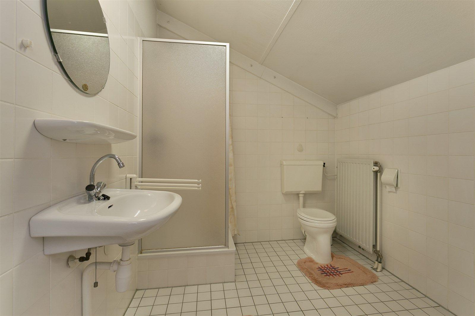 Geschakelde vrijstaande (rolstoelvriendelijke) semi-bungalow welke zeer gunstig is gelegen in een rustige woonwijk nabij het bruisende centrum van Etten-Leur, het NS station, bassischool en diverse uitvalswegen.   De woning heeft op de begane grond o.a. een ruime living met erker, een serre, open keuken en een slaap– en badkamer. De eerste verdieping heeft twee slaapkamers, een inloopkast en een badkamer uitgerust met een douche en toilet.   De voor– en zij tuin zijn beide verzorgd aangelegd waarbij de zij tuin beschikt over diverse terrassen en sierbestrating.   BEGANE GROND Entree/hal met toegang tot de woonkamer, toiletruimte en inpandige garage. Middels een vaste trap is de eerste verdieping bereikbaar. Afwerking- tegelvloer. Spachtelputz wanden en een spuitwerk plafond. Meterkast- 8 groepen, aardlekschakelaar en kookgroep.  Toiletruimte met fonteintje. Afwerking- tegelvloer, betegelde wanden en een spuitwerk plafond.  Living met erker en openslaande deuren naar de serre. De ruimte beschikt over een trap/voorraadkast en gaskachel. Afwerking- tegelvloer, Spachtelputz wanden en een spuitwerk plafond.  Serre met schuifpui naar de tuin en een uitschuifbaar dak. Afwerking- tegelvloer, schoonmetselwerk wanden en een licht doorlatend kunststof platen dak.  Open keuken in hoekopstelling uitgerust met een granieten aanrechtblad, spoelbak, keramische kookplaat, combimagnetron, vaatwasser, pannencarrousel en afzuigkap. Afwerking- tegelvloer, Spachtelputz wanden en een spuitwerk plafond.  Slaapkamer met openslaande deuren naar de serre en toegang tot de badkamer. Afwerking- tegelvloer, Spachtelputz wanden en een spuitwerk plafond.  Nette badkamer uitgerust met een inloopdouche met thermostaatkraan, toilet, wastafel met meubel en designradiator. De ruimte geeft toegang tot de slaapkamer en tussenportaal. Afwerking- tegelvloer, betegelde wanden en een spuitwerk plafond.  EERSTE VERDIEPING Overloop met toegang tot twee slaapkamers, de badkamer en een inloopkast. Afwerking- lam
