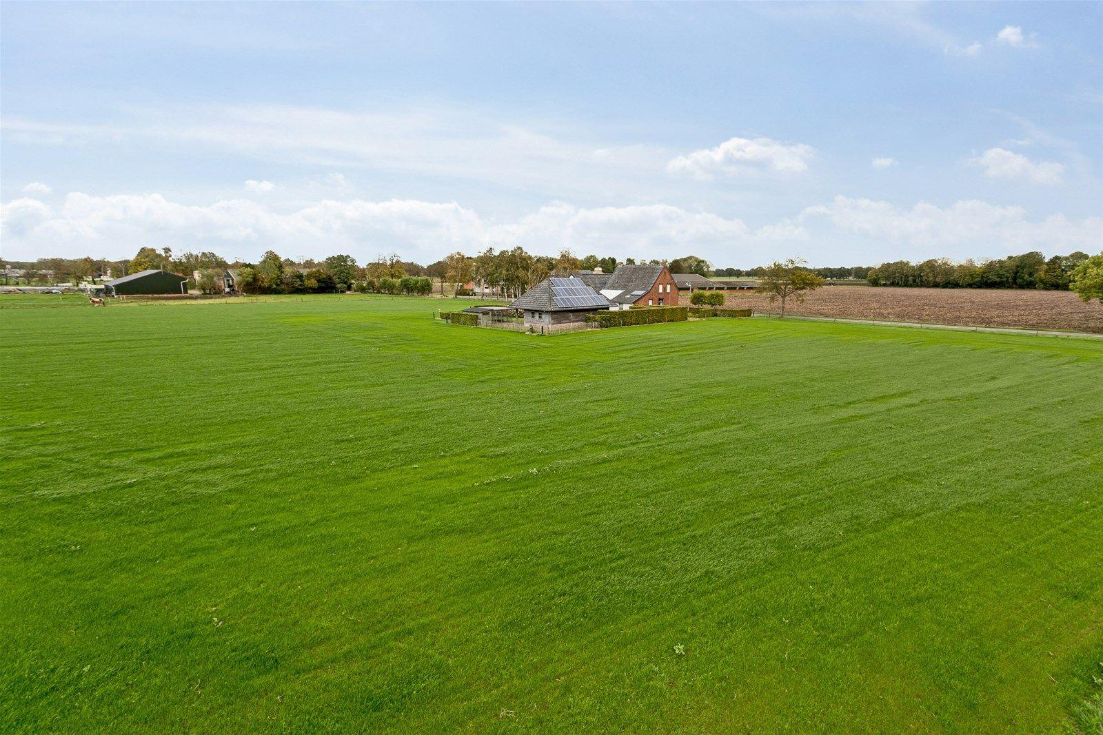 -Dit object heeft een agrarische bestemming. Een principeverzoek tot medewerking om de agrarische bestemming om te zetten naar een woonbestemming is reeds bij de gemeente Baarle-Nassau ingediend-.   Zeer nette en landelijk gelegen woning met fraaie tuinschuur op perceel van ca. 2.000 m², waarbij ca. 15.650 m³ grond optioneel aan te kopen is. Het object is in de loop der tijd volledig gerenoveerd en voorzien van zonnecollectoren en zonnepanelen. Vanuit de woning wordt een prachtig uitzicht verkregen over de uitgestrekte landerijen. Hiermee komt het -buitenleven-gevoel- optimaal tot zijn recht.  De begane grond is onder andere voorzien van een ruime woonkamer, keuken met kelder, serre, berging met toiletruimte, badkamer en slaapkamer. De eerste verdieping beschikt over een overloop, 3 slaapkamers en een toiletruimte. Met de aanpandige schuur, (voorzien van garage, bergzolder en berging) beschikt dit object over veel ruimte.  Rondom de woning is een verzorgde tuin aangelegd welke voorzien is van een beregeningsinstallatie.  BEGANE GROND  Voorentree/hal met toegang tot woonkamer en slaapkamer en met een open vaste trap tot de eerste verdieping. Afwerking- Tegelvloer, stucwerk wanden en een schrotenplafond. Meterkast- 15 groepen en 2 aardlekschakelaars.   Ruime woonkamer met opkamer welke in open verbinding staat met de keuken. Afwerking- Deels tegelvloer en deels mFLOR PVC vloer (opkamer), stucwerk wanden en boardplafond met  inbouwspots.  Keuken in hoekopstelling (voorzien van gaskookplaat, combimagnetron, RVS-afzuigkap, vaatwasser, 11/4 -spoelbak en pannencarrousel). Vanuit de keuken is de serre, bijkeuken en kelder bereikbaar.      Afwerking- Tegelvloer met vloerverwarming, deels tegel en deels stucwerk wanden en boardplafond met inbouwspots.  Bijkeuken met eenvoudig keukenblok en wasmachine– en drogeraansluiting. De bijkeuken verleent toegang tot de toiletruimte, badkamer en garage.  Afwerking- Tegelvloer met vloerverwarming, tegelwanden en boardplafond.  Toiletruim