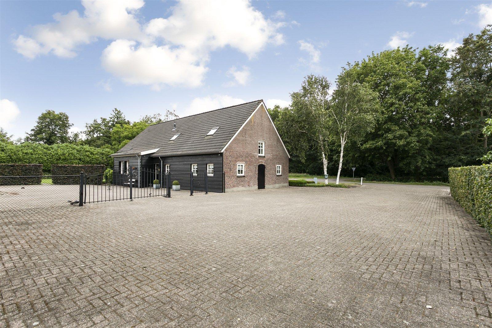 Sfeervolle - karakteristieke woonboerderij met diverse bijgebouwen gelegen op een perceel van 3.635 m² in een  groenrijke en landelijke omgeving op korte afstand van diverse natuurgebieden waaronder natuurgebied -Pannenhoef-. Binnen 5 autominuten bereik je het bruisende dorpscentrum van Etten-Leur.   De woning kent leuke authentieke details zoals plavuizen vloeren,glas-in-lood, paneeldeuren en houten vloeren. De begane grond heeft een ruime living, leefkeuken, kantoorruimte, praktische bijkeuken, een moderne badkamer en een tweetal slaapkamers. De eerste verdieping beschikt over een werkkamer en een royale slaap– en zolderkamer.   Naast de woning bevindt zich een royaal gazon met terras waardoor je heerlijk kunt genieten van het buitenleven!  BEGANE GROND Entree/hal met toegang tot de toiletruimte, twee slaapkamers, de badkamer, praktische bijkeuken en de vaste trap naar de eerste verdieping. Afwerking- hardstenen vloer, Spachtelputz wanden en een stucwerk plafond.  Achter entree/gang met toegang tot de bijkeuken, keuken en hal/entree.  Afwerking- hardstenen vloer, wandlambrisering met daarboven stucwerk en een stucwerk plafond.  Toiletruimte Afwerking- tegelvloer, stucwerk wanden en stucwerk plafond.  Ruime living met glas in lood schuifdeuren en toegang tot de woonkeuken. Afwerking- massief houten vloer, stucwerk wanden en een stucwerk plafond. Meterkast- 8 groepen, 2 aardlekschakelaars en 1 krachtstroomgroep.  Moderne leefkeuken uitgerust met een terrazzo aanrechtblad, spoelbak, vaatwasser, 5-pits gaskookplaat,    afzuigkap, koelkast en kastruimte. Vanuit de keuken is de living, de werkkamer en de gang richting de hal bereikbaar. Afwerking- plavuizen vloer, stucwerk wanden en een stucwerk plafond.  Werkkamer/speelkamer met toegang tot de keuken. Afwerking- houten vloer, stucwerk wanden en een stucwerk plafond.  Moderne badkamer uitgerust met een ligbad, inloopdouche, badkamer meubel met wastafel, elektrische vloerverwarming en designradiator. Afwerking- tegelvloe