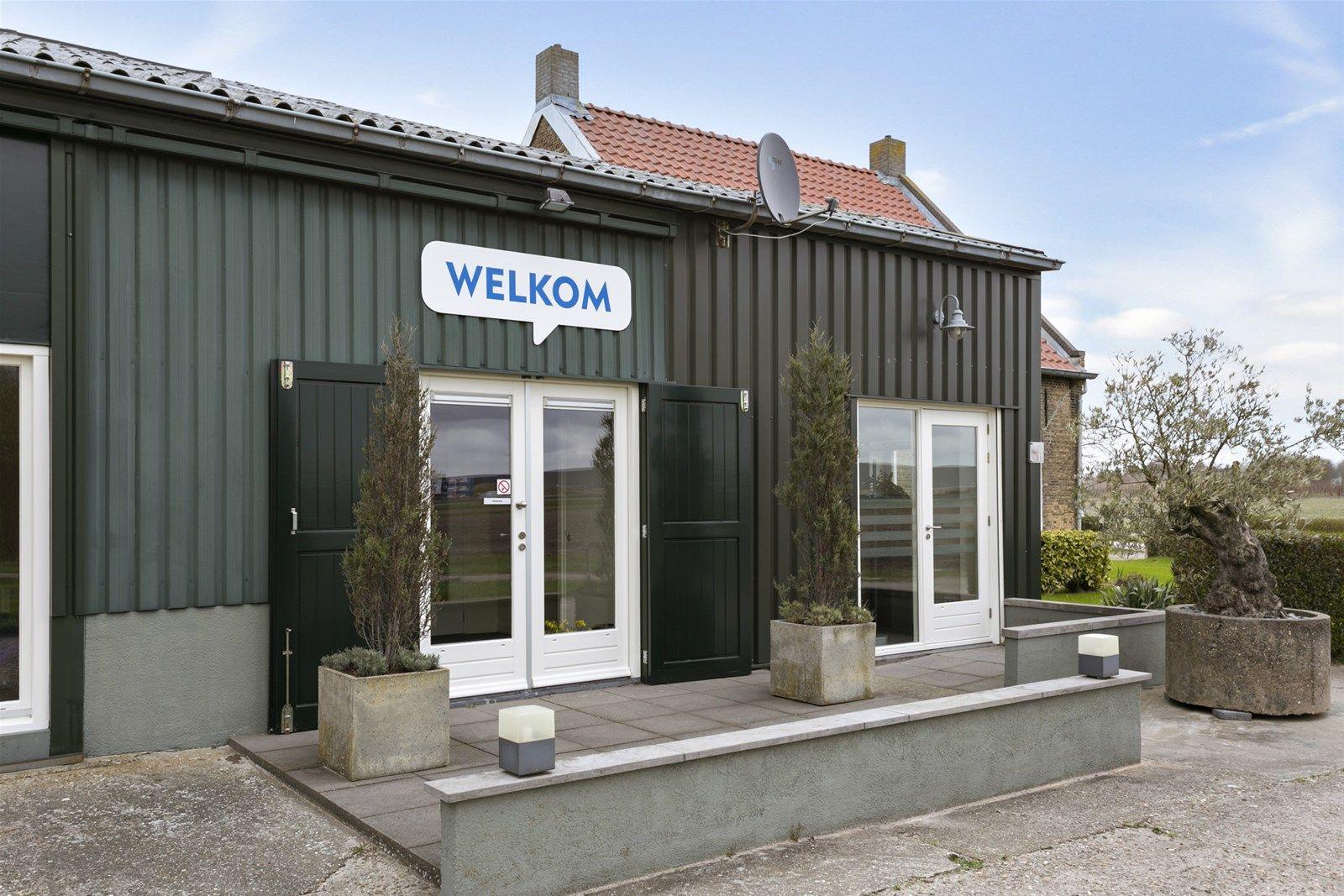 Deze woning met aanpandige kantoorruimte en stallen is landelijk gelegen in het buitengebied van Oud Gastel.  Het geheel bestaat uit een woning, kantoor- en vergaderruimtes en een voormalige koeienstal en varkensstal. Het object is gelegen op een perceel van 1.28.30 ha grond.   Deze locatie heeft een agrarische bestemming.  Er zijn mogelijkheden om onder voorwaarden de bestemming te wijzigen naar een woon- of bedrijvenbestemming.  Er dient rekening gehouden te worden met moderniseringskosten.  BEGANE GROND  Voorentree met toegang tot slaapkamer, kelder, eetkamer en vaste trap naar 1e verdieping. Afwerking- Vloerbedekking, houten lambrisering met erboven behang en een boardplafond.  Opkamer met vaste kast, te bereiken via trap. Afwerking- Vloerbedekking, stucwek/board wanden en balkenplafond.  Kelder te bereiken via trap. Afwerking- Tegelvloer, stenen wanden.  Slaapkamer (ook te gebruiken als woonkamer) aan voorzijde met vaste kast en gashaard.  Afwerking- Laminaatvloer, behangen wanden en een boardplafond.  Woonkamer met 2 vaste kasten, gashaard en ensuite-deuren naar de eetkamer.  Afwerking- Tegelvloer, behangen wanden en een boardplafond.  Eetkamer met 2 vaste kasten, gashaard en toegang tot hal en keuken.  Afwerking- Tegelvloer, deels behangen wanden en deels stucwerk en een boardplafond.  Keuken uitgerust met een recht werkblad, spoelbak, en kastruimte, met toegang tot bijkeuken. Afwerking- Tegelvloer, wanden deels betegeld met erboven stucwerk en een boardplafond.  Bijkeuken met achterentree en toegang tot badkamer toilet en de doorgang tot vergaderlocatie. Afwerking- Tegelvloer, wandtegels met erboven stucwerk en een houten fond.  Toiletruimte met toilet. Afwerking- Vloertegels, wandtegels met erboven stucwerk en een houten plafond.  Badkamer met ligbad, douche en wastafel. Afwerking- Vloertegels, wandtegels, kunststof schrotenplafond.  EERSTE VERDIEPING  Overloop met toegang tot 4 slaapkamers  Afwerking- Vloerbedekking, behangen wanden en boardplafond.  Slaap