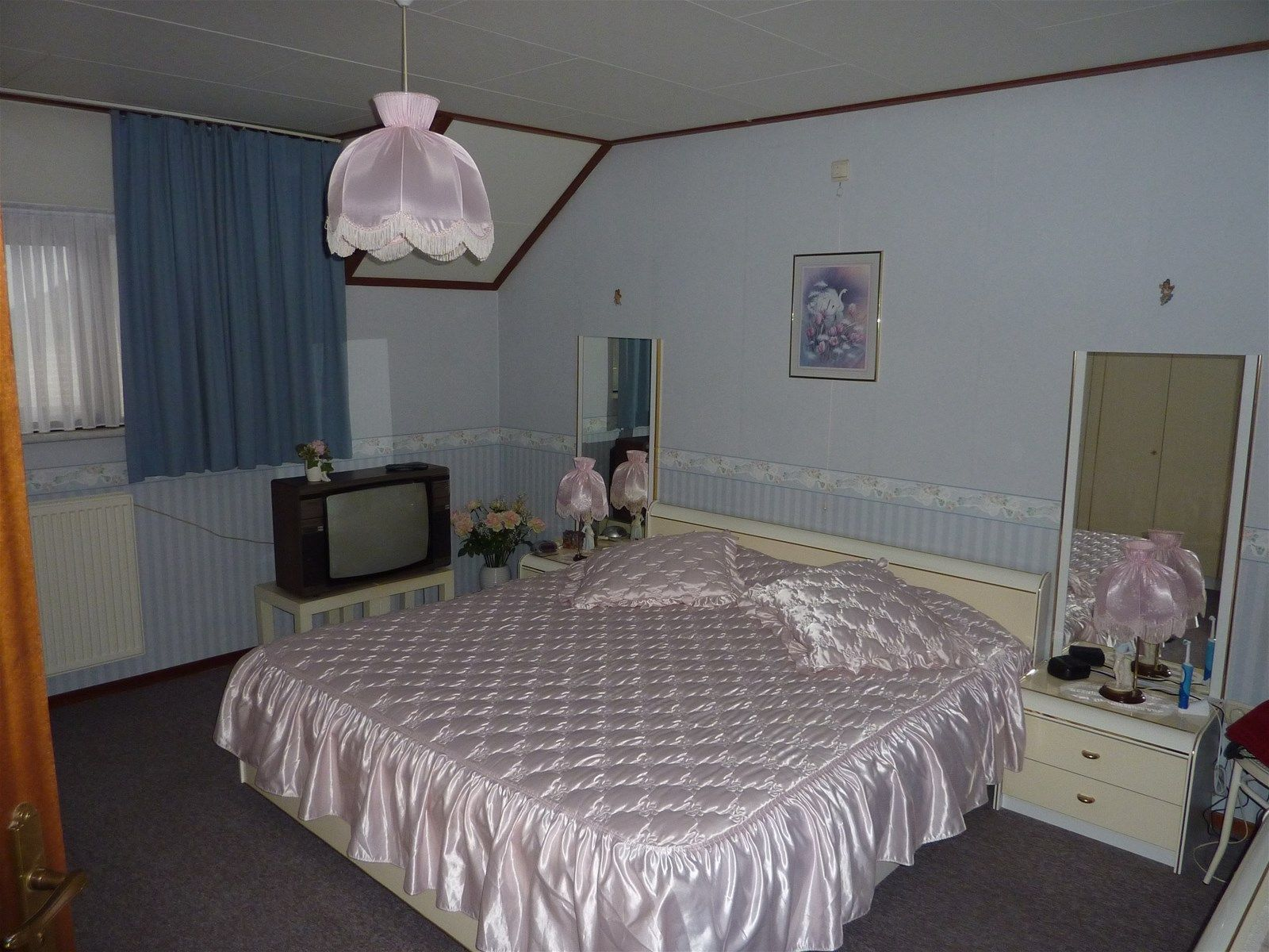 Half vrijstaande woning met oprit gelegen aan een doorgaande weg, tussen de dorpskernen van Wernhout en Zundert. Veel voorzieningen zoals winkels, horeca en sportfaciliteiten, zijn nabij gelegen. De woning is o.a. voorzien van een woonkamer met houtkachel, een nette woonkeuken, fraaie serre met schuifpui en lichtkoepel, twee slaapkamers en een ruime badkamer. De ruime tuin met tuinhuis is verzorgd aangelegd en is gunstig gelegen op het zuidoosten.  BEGANE GROND Entree/hal biedt toegang tot de woonkamer, het toilet en tot de vaste trap naar de eerste verdieping. Afwerking- Tegelvloer, schoonmetselwerk wanden en een Agnes plafond.  Toiletruimte met toilet en fonteintje. Afwerking- Tegelvloer, wandtegels en een Agnes plafond.  Ruime woonkamer met schouw en houtkachel. Afwerking- Tegelvloer, deels schoonmetselwerk wanden, deels granollen wanden en een stucwerk plafond.  Woonkeuken met keukeninrichting in hoekopstelling, uitgerust met een kunststof werkblad, spoelbak, 4-pits gaskookplaat, schouw met afzuigkap, combimagnetron, koel-/vriescombinatie, bovenkastjes en onderkastjes. Afwerking- Tegelvloer, stucwerk wanden en stucwerk plafond.  Fraaie serre met schuifdeur en grote lichtkoepels. Afwerking- Tegelvloer, stucwerk wanden en een MDF plafond.  Bijkeuken met aansluitingen voor de wasmachine en droger.  Afwerking- Tegelvloer, stucwerk wanden en een MDF plafond.  EERSTE VERDIEPING Overloop met toegang tot twee slaapkamers en de badkamer. Afwerking- Vloerbedekking, schoonmetselwerk wanden en een Agnes plafond.  Slaapkamer met dakkapel. Afwerking- Vloerbedekking, behangen wanden en een Agnes plafond.  Slaapkamer met dakraam. Afwerking- Vloerbedekking, behangen wanden en een Agnes plafond.  Ruime badkamer uitgerust met een ligbad, wastafel, toilet en bidet.  Afwerking- Tegelvloer, wandtegels en Agnes plafond.  TWEEDE VERDIEPING Bergzolder bereikbaar via een vlizotrap.   TUIN De woning is voorzien van een verzorgd aangelegde voor- en achtertuin en een oprit. De tuin is gunst