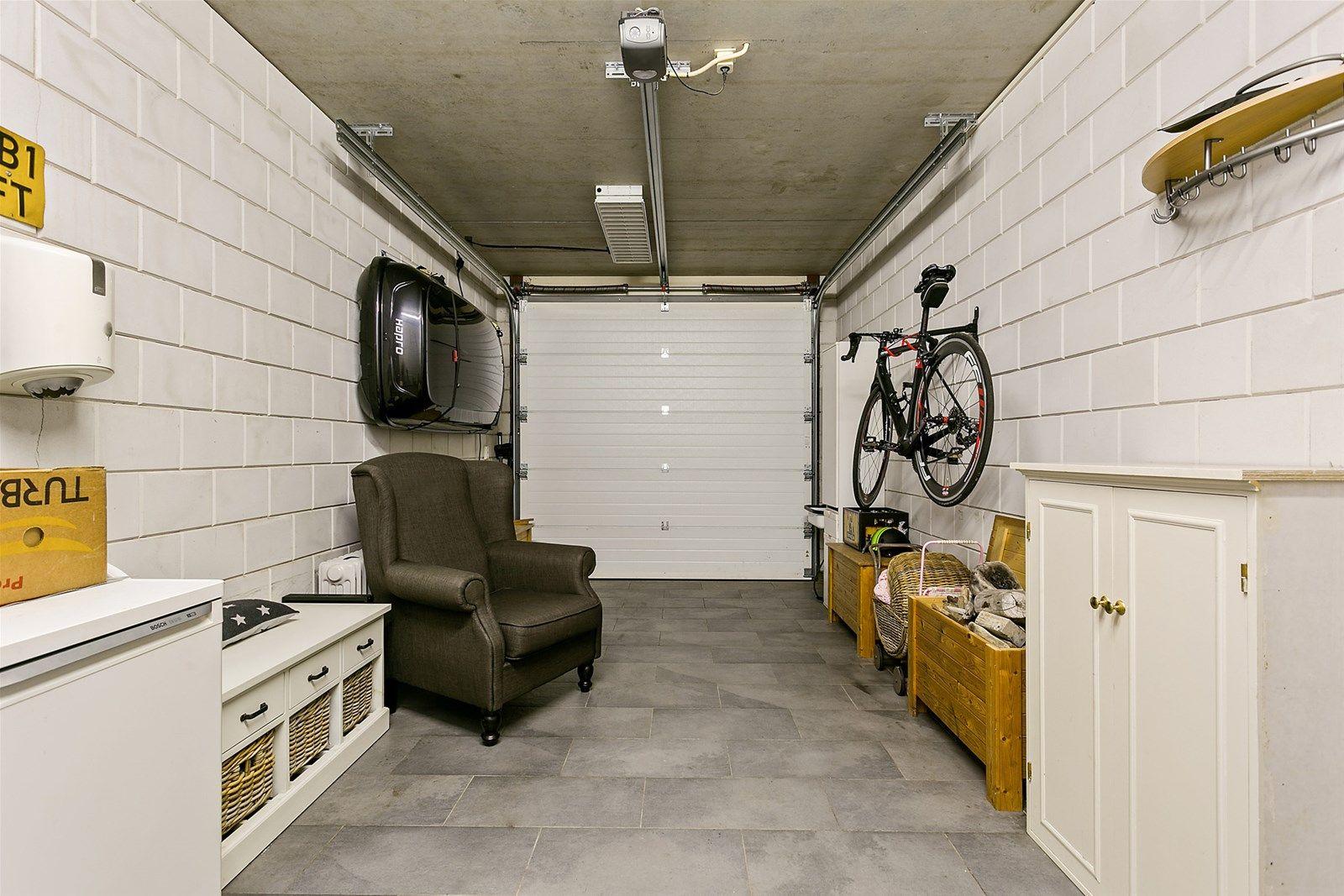 Deze luxe afgewerkte instapklare vrijstaande woning met oprit en ruime garage staat in een rustige en kindvriendelijke woonstraat aan de rand van het dorp Rijsbergen.   De woning is fraai afgewerkt en onder andere voorzien van een ruime woonkamer met en suite deuren met glas in lood en een massief eikenhouten vloer, een woonkeuken in landelijke stijl, vier slaapkamers en een luxe badkamer met inloopdouche en ligbad.   De voor- en achtertuin zijn beide verzorgd aangelegd. De achtertuin is gelegen op het zuiden en aangelegd met een gazon en een ruim terras met mogelijkheid tot een overdekte zithoek. Deze woning biedt rust aan de rand van  het dorp en is tevens gelegen nabij de nodige voorzieningen zoals een school, een speeltuin, winkels en horecagelegenheden.   BEGANE GROND Entree/hal met een bergkast en toegang tot de toiletruimte, woonkamer, garage en vaste trap naar de eerste verdieping. De hal is voorzien van vloerverwarming. Afwerking- Belgisch hardstenen tegelvloer, stucwerk wanden en stucwerk plafond met sierlijsten. Meterkast- 11 groepen en 3 aardlekschakelaars.  Toiletruimte met zwevend toilet en fonteintje. De toiletruimte is voorzien van vloerverwarming. Afwerking- Belgisch hardstenen tegelvloer, wandtegels met daarboven stucwerk en stucwerk plafond met sierlijsten.  Zeer ruime woonkamer met tuindeuren naar de achtertuin en middels en suite deuren toegang tot de woonkeuken. De woonkamer heeft door zijn vorm een verdeling in eetkamer en zithoek. De zithoek beschikt over een gashaard.  Afwerking- Massief eikenhouten vloer, stucwerk wanden en stucwerk plafond met sierlijsten.  Landelijke woonkeuken met een spoeleiland met spoelbak, mengkraan en losse handsproeier, verder is de keuken uitgerust met een composieten werkblad met gefrijnde randen, vaatwasser, 5-pits gaskookplaat, afzuigkap in een schouw, combi-oven, ingebouwd koffiezetapparaat, koelvriescombinatie en kastruimte. De keuken heeft een prachtige erker.  Afwerking- Massief eikenhouten vloer, stucwerk 