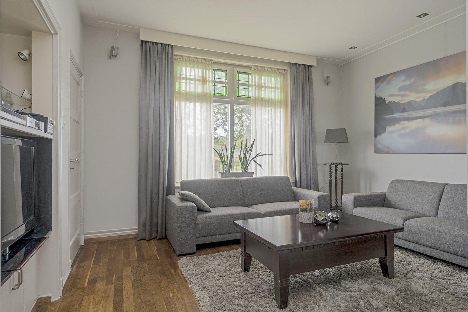 Nieuw in verkoop! Deze uitgebouwde karakteristieke vrijstaande woning met aangebouwde garage, carport en kantoorruimte/berging is rustig gelegen tussen Etten-Leur en Prinsenbeek. Aan de achterzijde heeft u vrij uitzicht over de uitgestrekte landerijen en binnen 15 autominuten bent u in het bruisende stadscentrum van Breda.  Bent u voornemens om beroep/praktijk aan huis te starten? De kantoorruimte/berging is te bereiken via een achterom aan de linkerzijde van de woning. Aan de voorzijde is er volop parkeermogelijkheid.  De begane grond heeft o.a. een sfeervolle living met haard, open keuken, kelder, toiletruimte en praktische bijkeuken met wasmachine– en droger aansluiting. De eerste verdieping heeft drie slaapkamers en een luxe en moderne badkamer (2017). Via een vaste trap bereikt u de bergzolder.   Rondom de woning ligt een verzorgd aangelegde tuin waarbij de achtertuin is voorzien van een tuinhuis en diverse terrassen waarbij in alle rust - ruimte kunt genieten van het buitenleven!   BEGANE GROND Entree/hal met glas-in-lood details Deze ruimte geeft toegang tot de living en via een vaste trap bereikt u de eerste verdieping. Afwerking- authentieke tegelvloer, Spachtelputz wanden en een stucwerk plafond. Meterkast- 8 groepen, 3 voor elektrisch koken en 2x aardlekschakelaarbeveiliging.  Kelder bereikbaar via een loopdeur in de living.  Sfeervolle living met glas-in-lood details en houtkachel. Afwerking- parketvloer, stucwerk wanden en een stucwerk plafond met inbouwspots.  Leefkeuken in U – opstelling uitgerust met een Belgisch hardstenen blad, keramische kookplaat,  spoelbak, koelkast, vrieskast, vaatwasser, combimagnetron en RVS afzuigkap. Afwerking- tegelvloer, stucwerk wanden en een stucwerk plafond met inbouwspots.  Praktische bijkeuken met opstelling van de cv combiketel (Merk- Nefit, bouwjaar- ca 1995) en wasmachine– en droger aansluiting.  Afwerking- tegelvloer, deels betegelde en deels stucwerk wanden. Het plafond is afgewerkt met  MDF platen.  EERSTE VERD