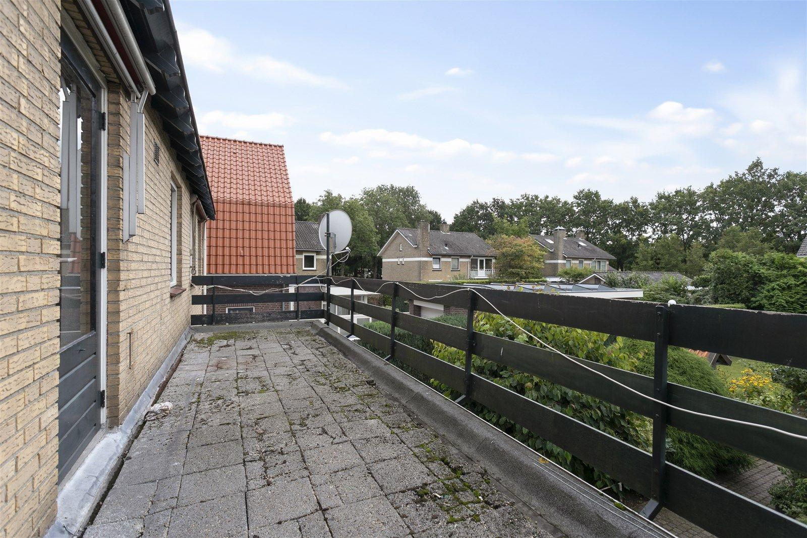 Aan een van de mooiste straten van Etten-Leur, staat deze royale vrijstaande kluswoning met grote garage en tuin op het zuiden. De woning is gelegen op een perceel van 536 m² en dat op loopafstand van het centrum met al haar voorzieningen.  De woning heeft een zeer ruime living met haard, veel raampartijen en een grote schuifpui welke je niet alleen in directe verbinding brengen met de achtertuin maar ook nog eens veel lichtinval creeren. Verder beschikt de begane grond nog over een grote leefkeuken en toiletruimte. De eerste verdieping heeft vier slaapkamers, een badkamer, separaat toilet en een balkon. Via een vaste trap bereik je de tweede verdieping met twee slaapkamers en extra bergruimte.  Door de speelse indeling biedt deze woning een tal aan mogelijkheden.  Wel dient men rekening te houden met verbouwing- en of moderniseringskosten.  BEGANE GROND Entree/hal met toegang tot de toiletruimte, woonkamer en vaste trap naar de 1e verdieping. Afwerking- tegelvloer en Spachtelputz wanden. Meterkast- 12 groepen, 4 aardlekschakelaars en 2 krachtstroomgroepen.  Toiletruimte met fonteintje.  Afwerking- tegelvloer, betegelde wanden en een houten schroten plafond.  Zeer ruime woonkamer met veel raampartijen en een grote schuifpui naar de achtertuin. Deze brengen je niet alleen in directe verbinding met de achtertuin maar creeren ook veel lichtinval. Afwerking- eiken parket vloer, granol op de wanden en een balken plafond met spots.  Eenvoudige keuken uitgerust met een kunststof aanrechtblad, 1 spoelbak, koelkast, vaatwasser, 4 pits keramische kookplaat, combimagnetron en een afzuigkap. Afwerking- tegelvloer, Spachtelputz wanden en een kunststof plafond.  EERSTE VERDIEPING Overloop met toegang tot vier slaapkamers, de badkamer, toiletruimte en een vaste trap naar de tweede verdieping. Via een loopdeur is teven het balkon toegankelijk. Afwerking- vloerbedekking, Granol op de wanden en een houten schroten plafond.  Slaapkamer 1- voorzien van een wastafel. Afwerking- vloerbed