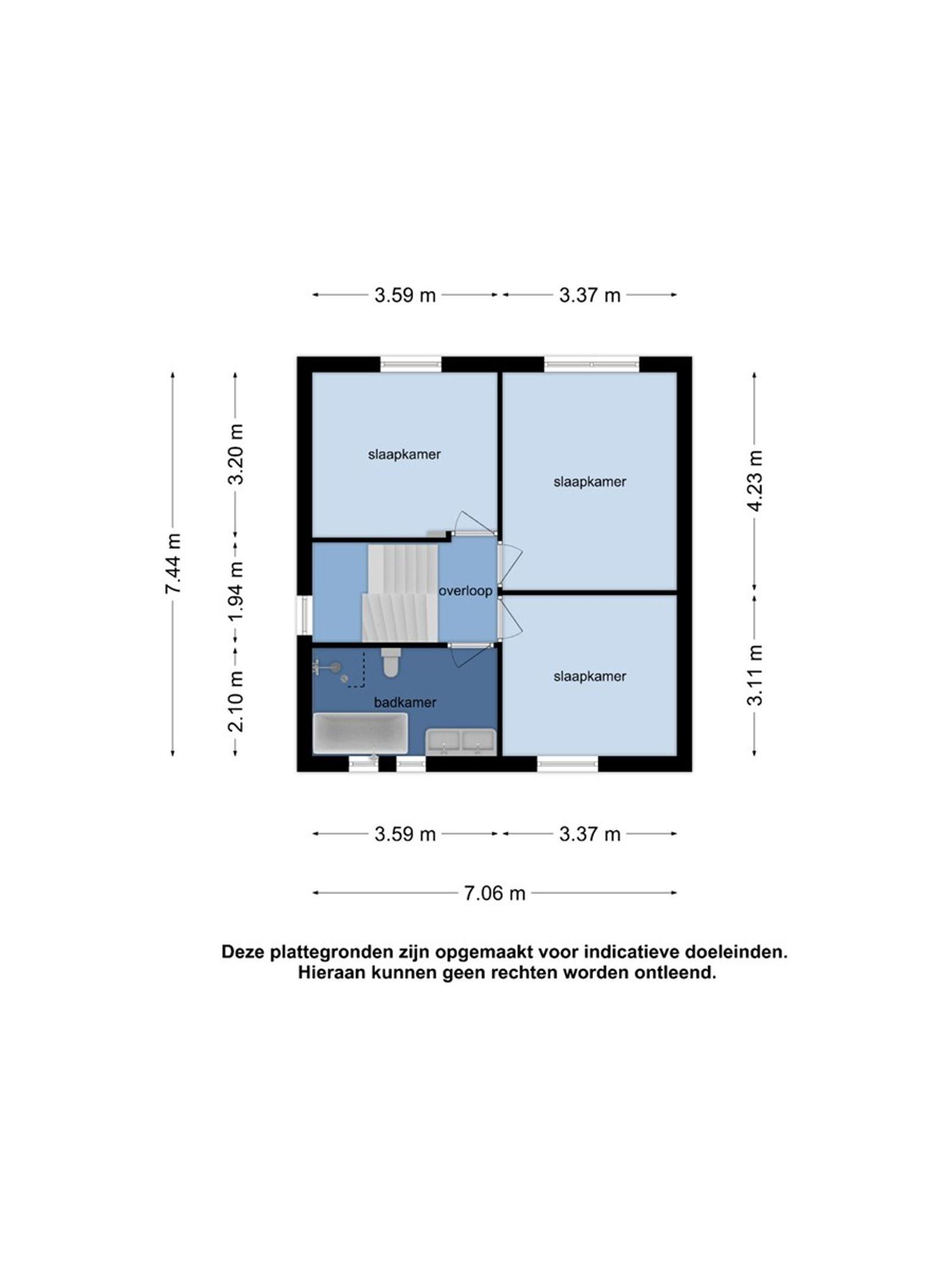 Deze ruime twee-onder-een-kapwoning met oprit en inpandige garage staat in een rustige en kindvriendelijke woonstraat aan de rand van het dorp. De woning is onder andere voorzien van een ruime woonkamer met mooie open haard, een moderne woonkeuken, vier slaapkamers en een luxe badkamer met douche en ligbad. Middels een vaste trap heeft u toegang tot de tweede verdieping welke voldoende bergruimte biedt en waar zich een van de slaapkamers bevindt. De voor- en achtertuin zijn beide verzorgd aangelegd. De achtertuin is fraai aangelegd met een gazon en terrastegels.  BEGANE GROND  Entree/hal met toegang tot de toiletruimte, woonkamer en vaste trap naar de eerste verdieping. Afwerking- Tegelvloer, stucwerk wanden en stucwerk plafond. Meterkast- 10 groepen en 2 aardlekschakelaars.  Toiletruimte met zwevend toilet en fonteintje. Afwerking- Tegelvloer, wandtegels met daarboven stucwerk en stucwerk plafond.  Zeer ruime L-vormige woonkamer met fraaie open haard en tuindeuren aan de achterzijde naar de achtertuin. Afwerking- Houten vloer, spachtelputz wanden en stucwerk plafond met sierlijsten.  Moderne woonkeuken uitgerust met een composieten werkblad, spoelbak, vaatwasser, 5-pits gaskookplaat, afzuigkap, oven, magnetron, koelkast en kastruimte. Vanuit de keuken is de praktische bijkeuken bereikbaar. Afwerking- Tegelvloer, wandlambrisering met daarboven stucwerk en MDF-plafond.  Praktische bijkeuken met inbouwkast met daarin aansluitingen voor de wasmachine en droger. Afwerking- Laminaatvloer, stucwerk wanden en stucwerk plafond.  EERSTE VERDIEPING  Overloop met toegang tot drie slaapkamers, de badkamer en vaste trap naar de tweede verdieping. Afwerking- Mozaiek parketvloer, stucwerk wanden en stucwerk plafond.  Slaapkamer 1- Een ruime slaapkamer aan de voorzijde van de woning. Afwerking- Laminaatvloer, stucwerk wanden en stucwerk plafond.  Slaapkamer 2- Een ruime slaapkamer aan de achterzijde van de woning. Afwerking- Laminaatvloer, stucwerk wanden en stucwerk plafond.  Slaa