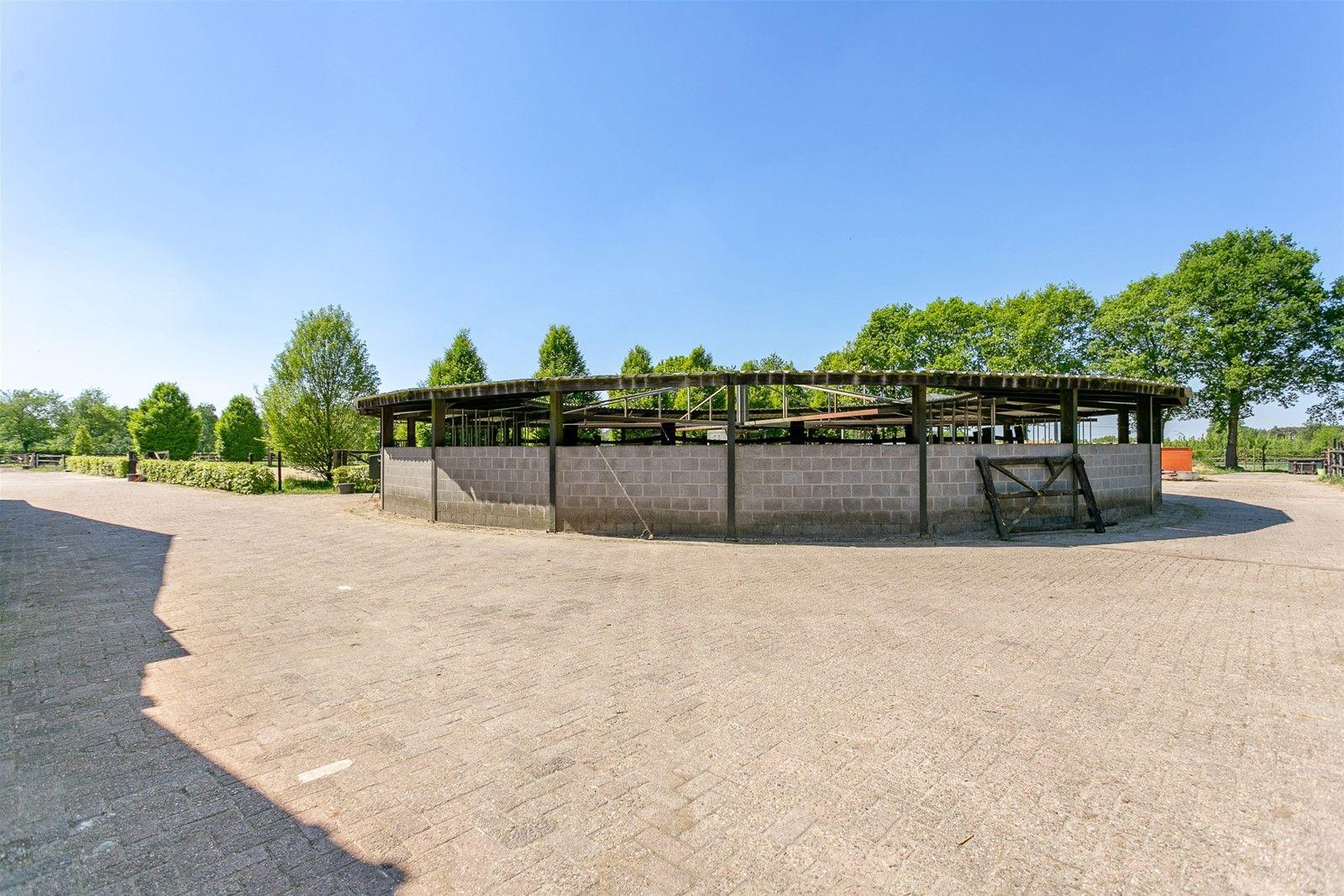 De vraagprijs voor de woning Oekelsebaan 47 te Zundert bedraagt €. 595.000,00 k.k. De woning betreft een bedrijfswoning behorende tot de paardenhouderij ter plaatse. De woning kan niet los worden verkocht van het aangrenzend perceel met daarop staande de bedrijfsgebouwen van de paardenhouderij. De vraagprijs van het gehele object, te weten het woonhuis en het aangrenzend perceel met de aanwezige bedrijfsgebouwen bedraagt €. 1.290.000,00 k.k. De totale oppervlakte van dit geheel betreft 1.75.65 ha.   Deze fraai afgewerkte vrijstaande woning met paarden faciliteiten is zeer rustig gelegen in het buitengebied van Zundert. Het huis perceel bedraagt 1.700 m² en beschikt over een royale woonkamer, open keuken, vijf slaapkamers en een luxe badkamer met douche en jacuzzi. De achtertuinis verzorgd aangelegd met een gazon, terras, vijver, hardstenen tegels en gedeeltelijk overdekte zithoek.   BEGANE GROND (de gehele begane grond is voorzien van vloerverwarming) Hal/voorentree met toegang tot de woonkamer, bijkeuken, toiletruimte, kelder en vaste trap naar de eerste verdieping. Afwerking- Tegelvloer, stucwerk wanden en stucwerk plafond met sierlijst en spotverlichting. Meterkast- 10 groepen, 3 aardlekschakelaars.  Achterentree met toegang tot de hal/voorentree met dubbele wastafel en ruime inbouwkast.   Afwerking- Tegelvloer, wandtegels met daarboven stucwerk en stucwerk plafond.  Toiletruimte met zwevend toilet en fonteintje. Afwerking- Tegelvloer, wandtegels met daarboven behang en stucwerk plafond.  Bijkeuken voorzien van cv-combiketel en de unit voor de vloerverwarming. Deze ruimte is praktisch  ingericht met veel bergruimte in vaste kasten en is voorzien van een wasmachine-en drogeraansluiting. Afwerking- Tegelvloer, wandtegels met daarboven stucwerk en stucwerk plafond.  De kelder is onder de trapruimte gesitueerd en is voorzien van schappen. Afwerking- Tegelvloer, wandtegels en stucwerk plafond.  Zeer ruime woonkamer met sfeervolle gashaard en twee openslaande tuindeure