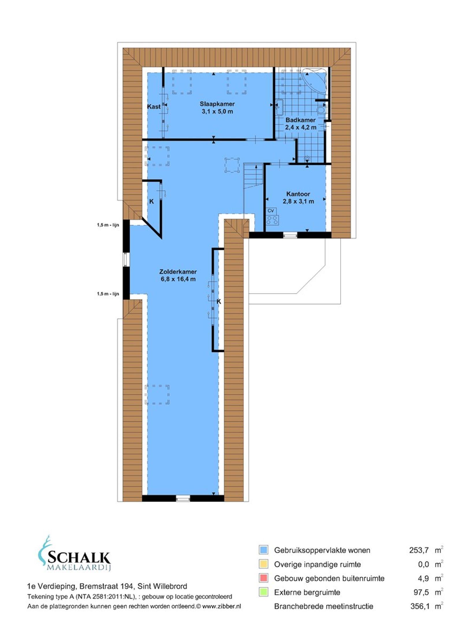 Deze zeer goed onderhouden vrijstaande woning (2013) met multifunctioneel bijgebouw is gelegen op een rustige– en landelijke locatie met uitzicht over de landerijen maar toch op korte afstand van alle dorpsvoorzieningen en diverse uitvalswegen.   De begane grond heeft o.a. een ruime living met leefkeuken, een wasruimte, een tweetal slaapkamers en een moderne– en luxe badkamer. De eerste verdieping heeft een slaapkamer, een tweede luxe badkamer en een diepe zolderkamer met mogelijkheid tot het creeren van extra (slaap)kamers. De woning is nagenoeg geheel voorzien van ingebouwde elektrisch bedienbare rolluiken– en draai-kiep ramen.  Uitermate geschikt voor kantoor/praktijk aan huis. Een woning met veel mogelijkheden!  Rondom de woning ligt een verzorgd aangelegde tuin welke is voorzien van een ruime oprit, berging/tuinhuis, gazon en diverse terrassen waarbij u in alle rust - ruimte kunt genieten van het buitenleven!  BEGANE GROND Voorentree met directe toegang tot de toiletruimte, wasruimte en de gang. Via de gang bereik je de living, keuken, badkamer, twee slaapkamers en de trapkast. Middels een vaste trapopgang is de eerste verdieping bereikbaar. De ruimte beschikt naast de voordeur over een draai-kiepdeur. Afwerking- tegelvloer (klasse 4, houtsteen) met vloerverwarming, schoonmetselwerk wanden en een stucwerk plafond met spots en sierlijst. Meterkast- 17 groepen, aardlekschakelaar en krachtstroomgroep.  Toiletruimte met -zwevend- toilet en fonteintje. Afwerking- tegelvloer, betegelde wanden en een stucwerk plafond met sierlijst.  Wasruimte met wasmachine– en drogeraansluiting en pantry met spoelbak. Afwerking- tegelvloer met vloerverwarming, deels betegelde en deels Spachtelputz wanden. Het plafond is afgewerkt met stucwerk en een sierlijst.  Ruime living met dubbele schuifdeur naar de keuken. Afwerking- tegelvloer met vloerverwarming en deels Spachtelputz en deels schoonmetselwerk wanden. Het plafond is afgewerkt met deels stucwerk en deels spuitwerk met sierlijst