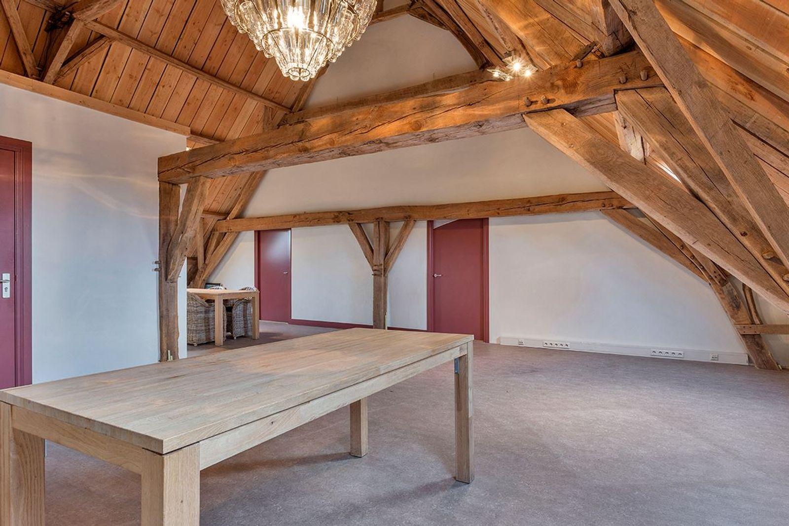 Deze schitterende monumentale langgevelboerderij is gelegen op een unieke top locatie in Natuurgebied -De Moeren- op een perceel van 2.855 m². De prachtige omgeving biedt vele mogelijkheden voor de ware natuurliefhebber.  Kortom, een heerlijke woon– en werk locatie!   De gerenoveerde boerderij, welke zijn authentieke karakters heeft behouden, is opgesplitst in een tweetal woonruimten en een kantoorruimte. Een mooi detail aan deze boerderij is de klokkentoren op het dak welke nog steeds functioneert. Rondom de boerderij is een tuin aangelegd met een zeer royale parkeerplaats en uitzicht  over de landerijen waardoor u elke dag geniet van de vrijheid!    Dit object is uitermate geschikt voor kantoor/praktijk/au-pair/mantelzorg aan huis! Voor meer gebruiksmogelijkheden, vraag naar de makelaar!    BEGANE GROND -  INDELING KANTOORRUIMTE Entree bereikbaar vanuit de ruime parkeerplaats en biedt toegang tot de kantoorruimte. Middels een vaste trapopgang is de 1e verdieping bereikbaar.  Afwerking- Authentieke tegelvloer, stucwerk wanden en een houten balken plafond.   De kantoorruimte is in 2007 volledig gerenoveerd en voldoet aan alle eisen die men van een modern gebouw mag verwachten. De ruimte is multifunctioneel inzetbaar en voorzien van een keukenblok en meterkast. Vanuit deze ruimte heeft men rechtstreeks toegang naar buiten maar ook naar een portaal. Afwerking- Beton designvloer met vloerverwarming, stucwerk wanden en een houten balken plafond.   Portaal met toegang tot een dubbele vaste kast met opstelling van twee cv- combiketels.  Afwerking- Plavuizen vloer met vloerverwarming en stucwerk wanden.   Toilet-/doucheruimte met inloopdouche, wastafel en een -zwevend- closet. Afwerking- Antieke tegelvloer, deels betegelde en deels stucwerk wanden. Het plafond is afgewerkt met  stucwerk.   Kantine voorzien van een pantry met vaatwasser, spoelbak en koelkast. Vanuit deze ruimte heeft men rechtstreeks toegang naar buiten en is middels een vaste trapopgang de 1e verdieping te
